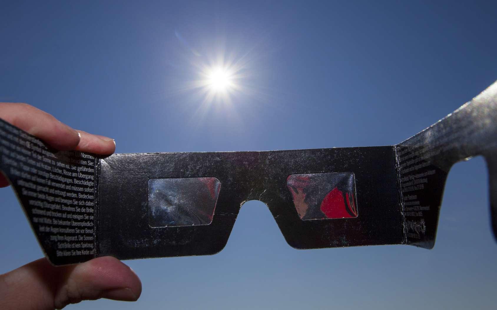 Rien de plus simple pour observer une éclipse de soleil : porter des lunettes spéciales de protection ! © A_Bruno, fotolia