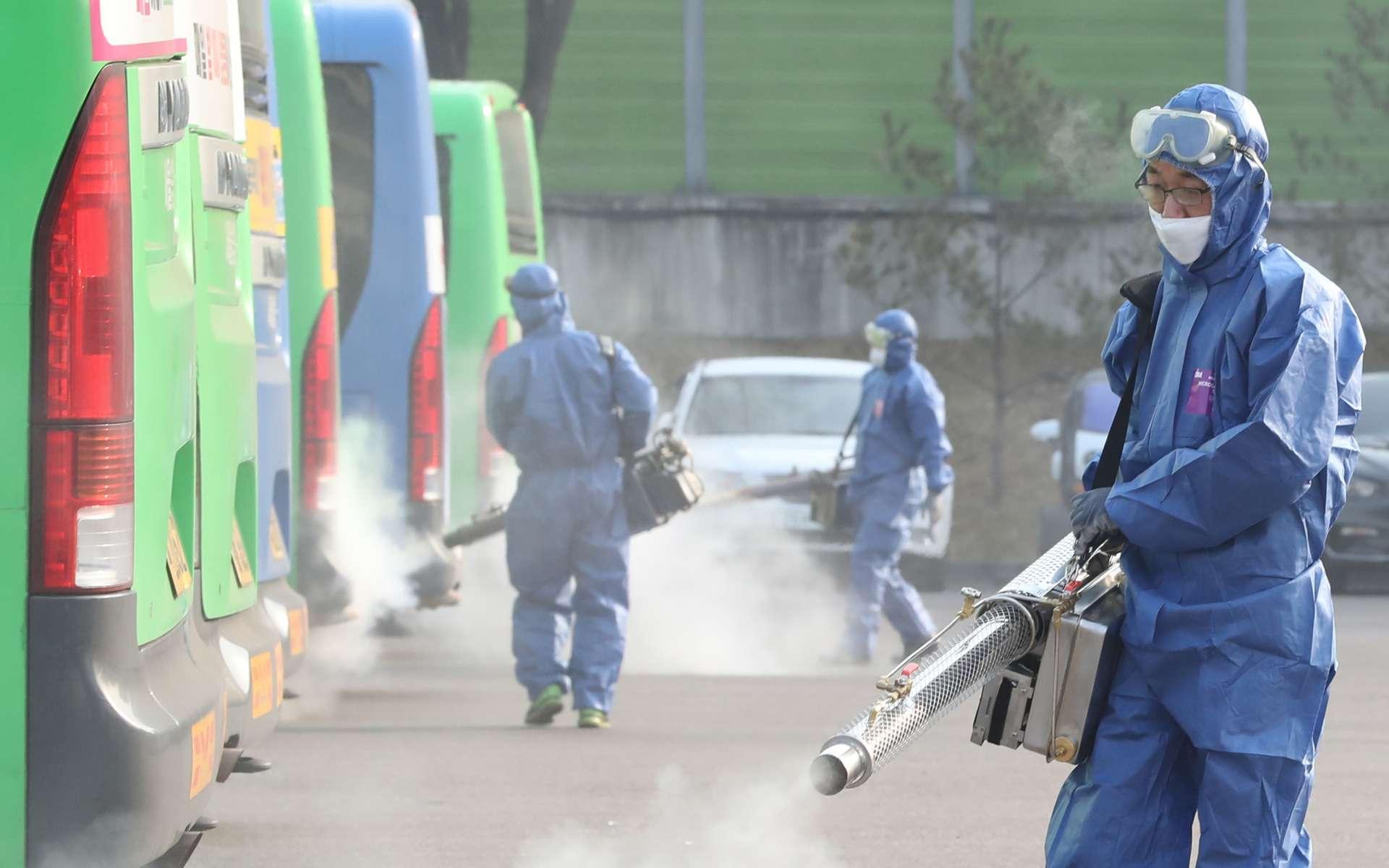 La désinfection de bus en Corée du Sud. © Yonhap, AFP