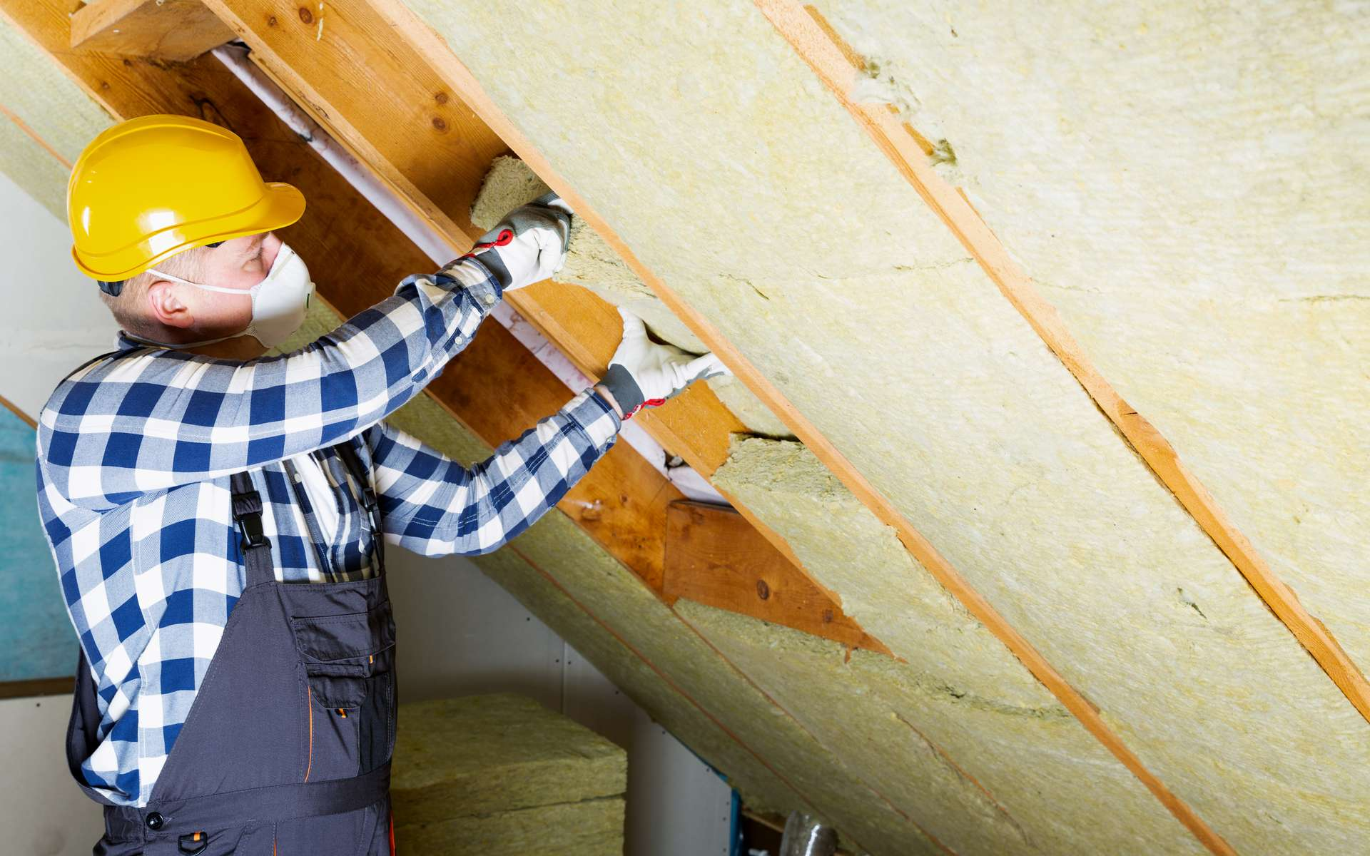 Responsable de 30 % des déperditions thermiques, une toiture doit être correctement isolée. Pour y parvenir, il est possible de bénéficier de nombreuses aides financières. © artursfoto, Adobe Stock