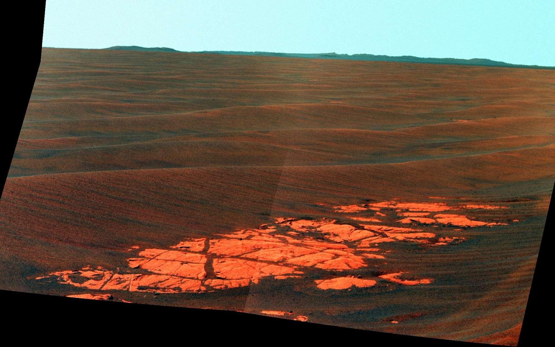Voici le panorama qui s'offre à Opportunity. Plusieurs kilomètres de dalles rocheuses et de petites dunes de sable au menu du robot avant d'atteindre la zone du cratère Endeavour dont les parois se dessinent à l'horizon. Crédit Nasa/JPL-Caltech/Carnell University
