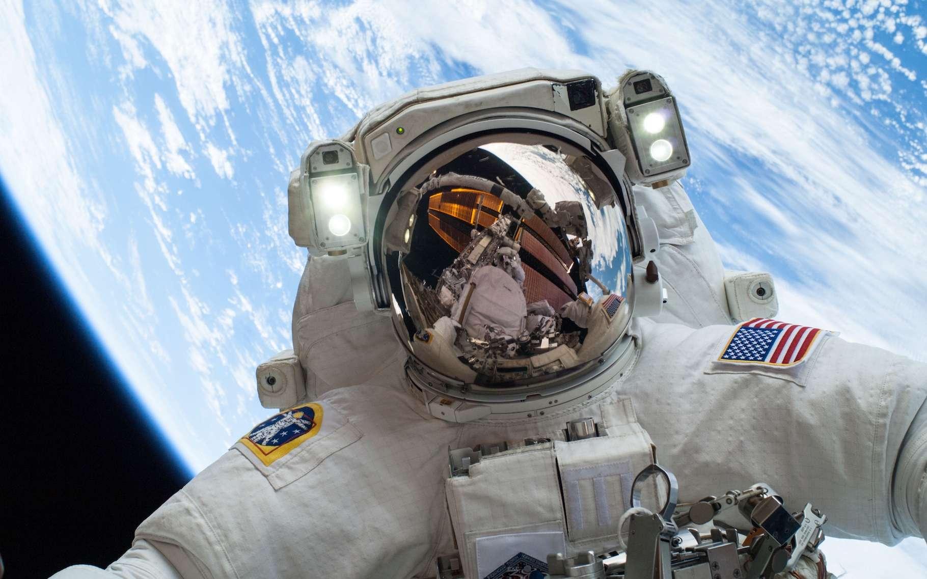 Comment font les astronautes dans leurs combinaisons spatiales quand ils ont une envie pressante ? Peut-on aller aux toilettes dans l'espace ? Et pour se laver ? © Nasa