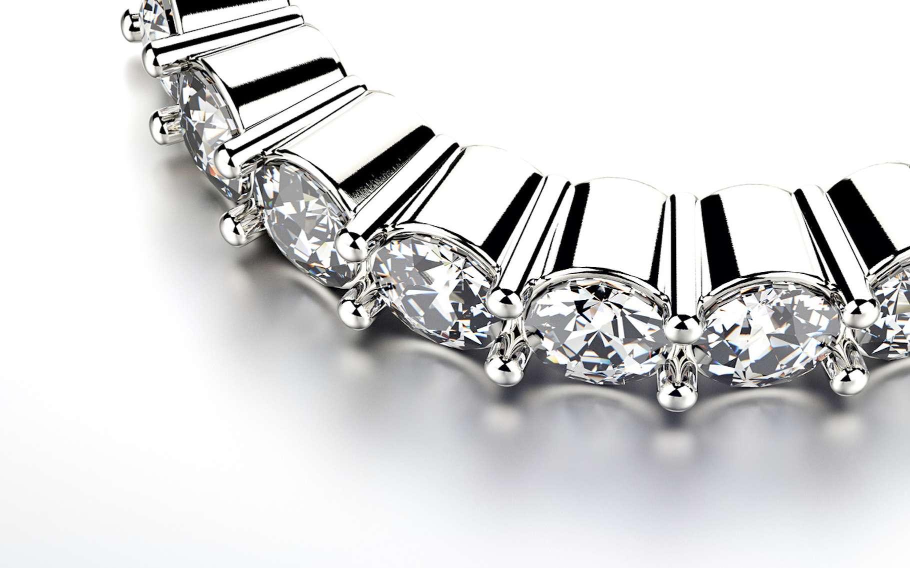 Le carbure de silicium est un minéral, essentiellement de synthèse, prisé par les joailliers pour sa ressemblance avec le diamant. © Rozaliya, Fotolia