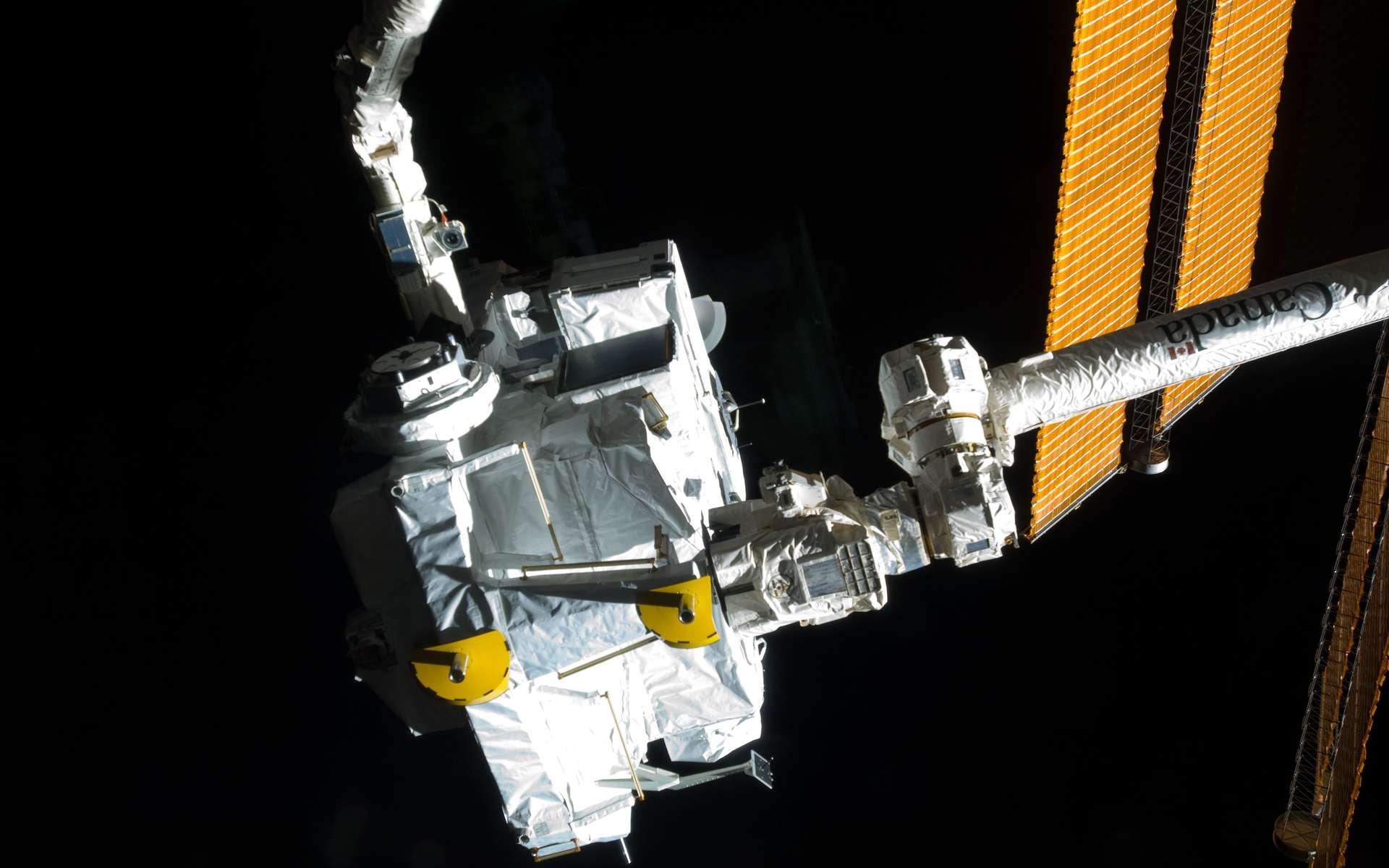 Le module JLE (Japanese Logistics Module Exposed Section) extrait de la soute de la navette Endeavour par Canadarm2, le bras de l'ISS. © Nasa