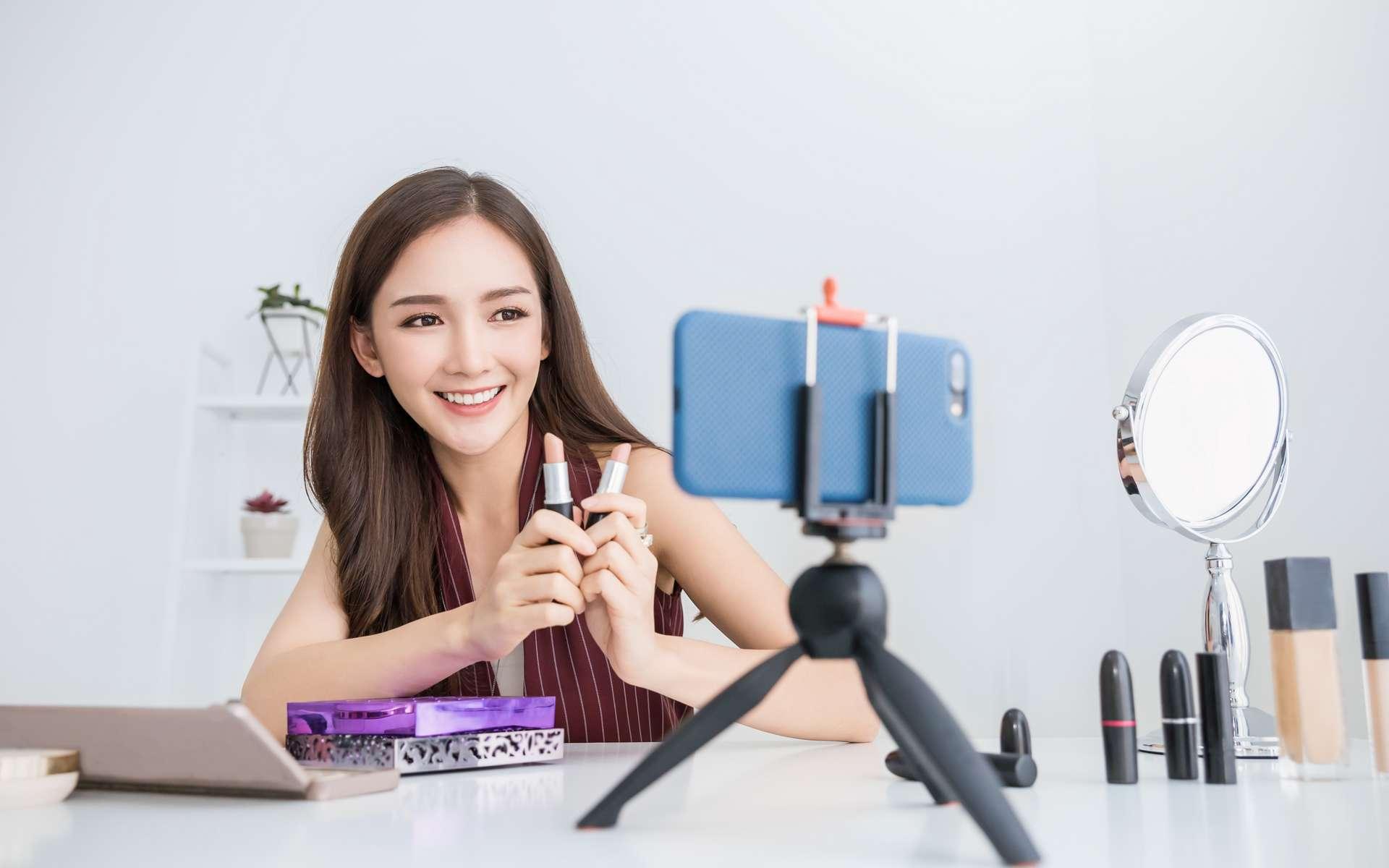 Maquillage, sport, humour… Le youtubeur parle de la vraie vie et fédère ses abonnés autour de thèmes auxquels ils peuvent s'identifier. © paulaphoto, Adobe Stock.