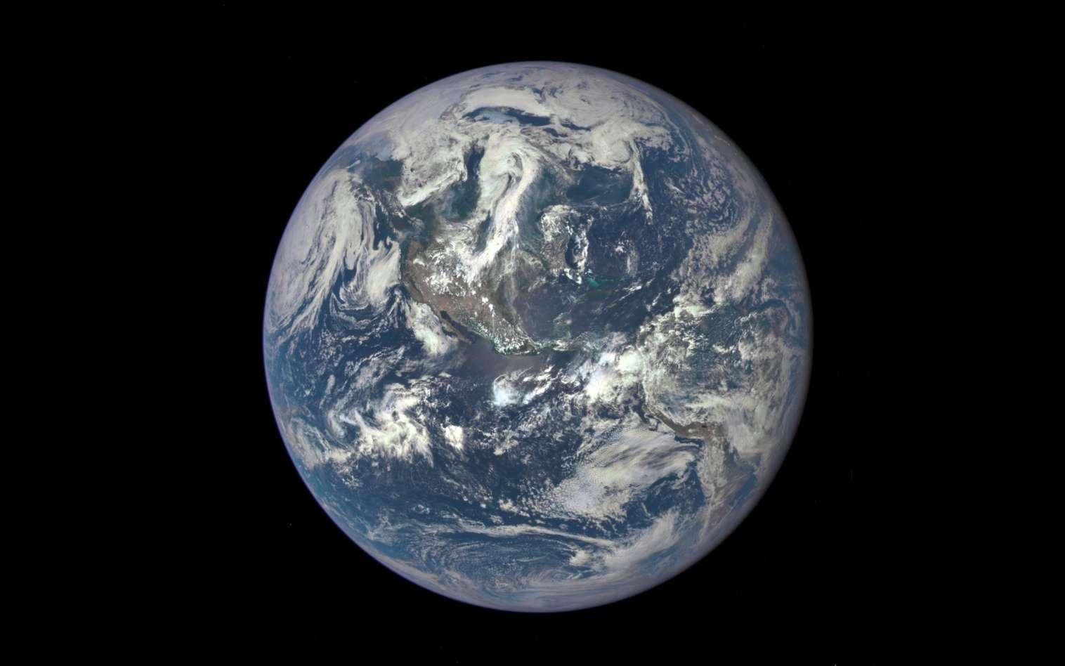 Première image de la Terre prise par le satellite DSCOVR, le 6 juillet 2015. © Nasa, GSFC, NOAA, USAir Force