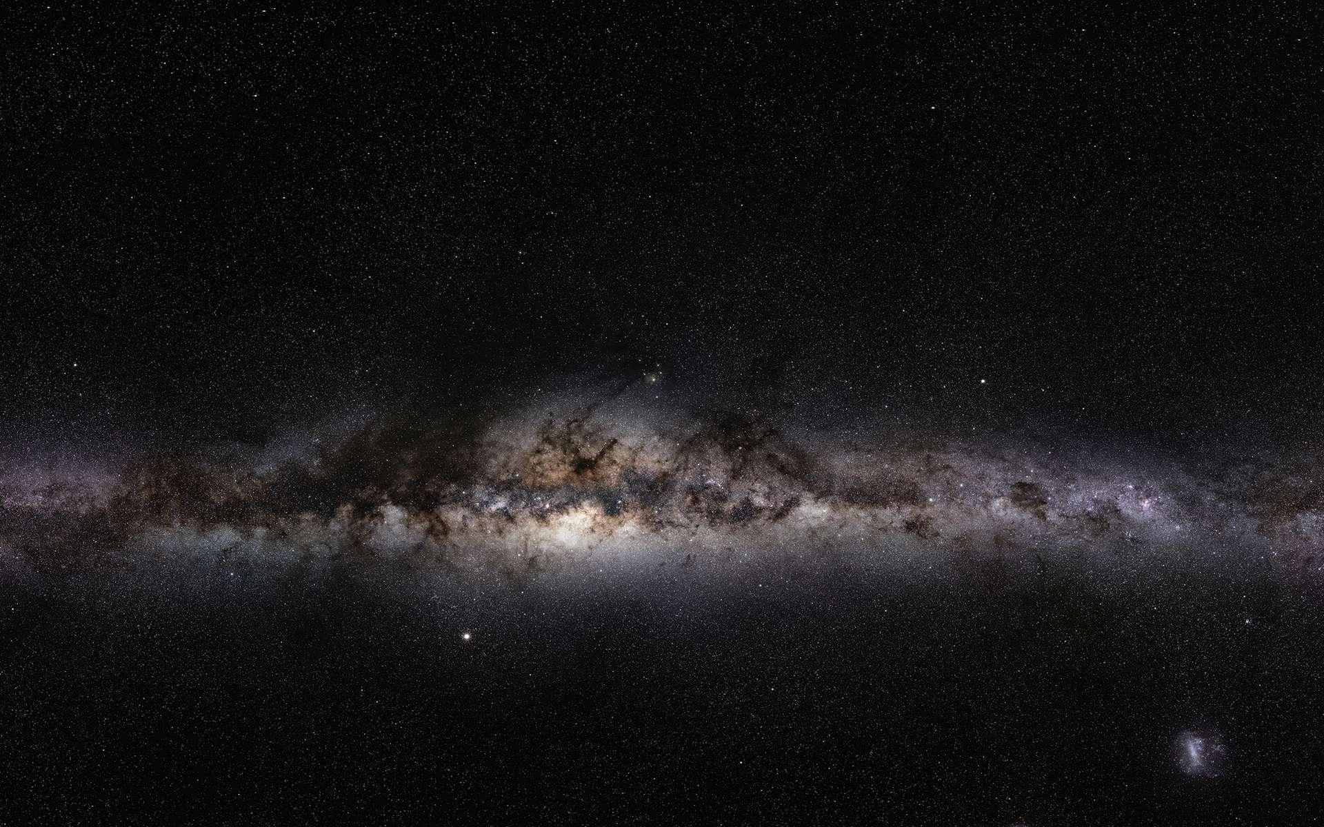 Ce magnifique panorama à 360 degrés, couvrant toute la sphère céleste, révèle le paysage cosmique qui entoure notre petite planète bleue. Cette image est la première des trois images en très haute-résolution du projet GigaGalaxy Zoom, lancé par l'ESO pour l'Année mondiale de l'astronomie en 2009 (IYA2009). Le plan de notre Voie Lactée, que l'on voit de côté sur Terre, coupe l'image avec une ligne lumineuse, comme-ci l'on regardait la Voie Lactée de l'extérieur. De ce point de vue, les composants de notre galaxie, en forme de spirale, apparaissent clairement, y compris son disque, ses nébuleuses sombres et lumineuses qui abritent des jeunes étoiles, ainsi que le bulbe central de la galaxie et ses galaxies satellites. Cela ayant pris plusieurs mois à être filmé, des objets du système solaire ont traversé le champ d'étoiles, comme les planètes lumineuses comme Vénus et Jupiter. Pour des raisons de droits d'auteur, nous ne pouvons pas fournir l'image original à 800 millions de pixels, qui peut être demandée auprès de Serge Brunier. L'image haute-résolution, ici, contient 18 millions de pixels. © ESO/S, Brunier