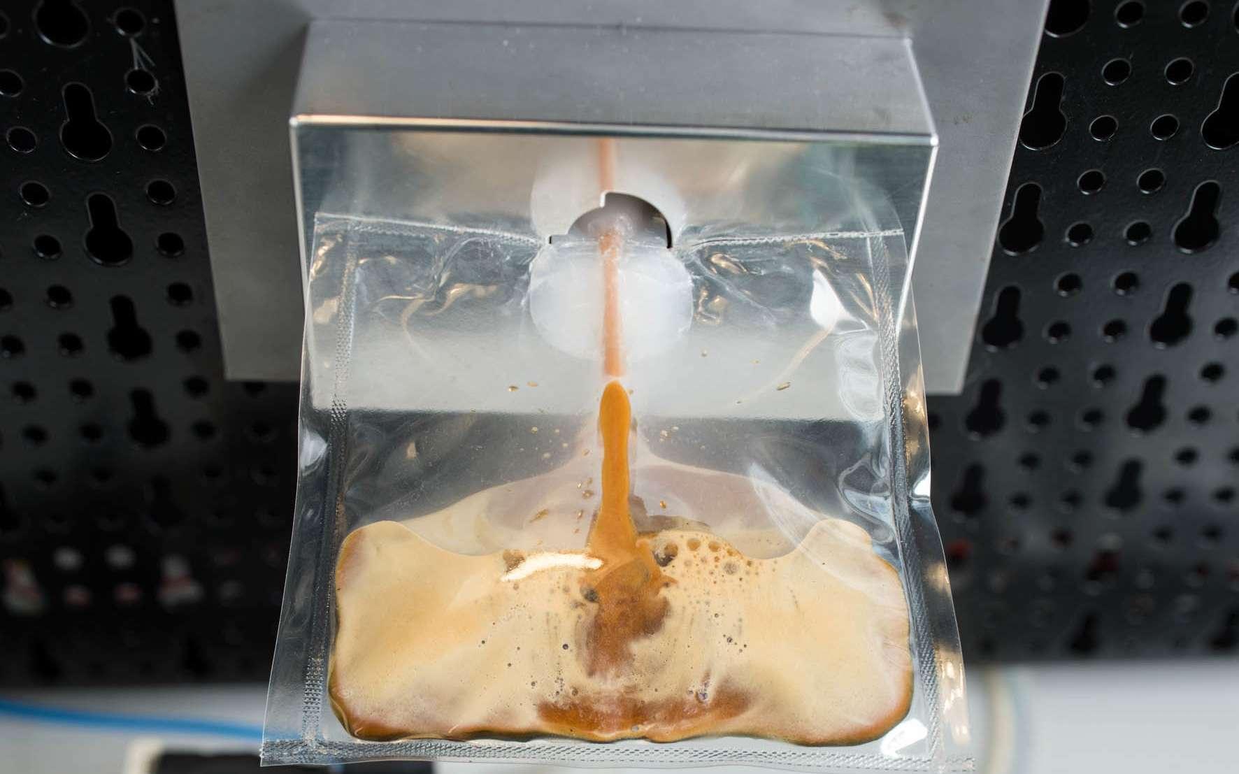 Si les Italiens ont été capables de mettre au point une machine à expresso pour la Station spatiale, ils n'ont pas résolu le problème de la tasse à café. C'est donc dans une classique poche en plastique que les astronautes dégusteront leur breuvage de fin de repas. © Lavazza, Argotec
