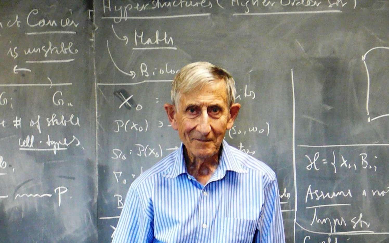 Freeman Dyson dans son bureau à l'université de Princeton. Le physicien a bien connu de grands noms de la physique comme Hans Bethe, qui a découvert comment brillaient les étoiles, et Robert Oppenheimer, pionnier de la physique des trous noirs et des étoiles à neutrons. Dyson fut le premier à comprendre l'importance des travaux de Richard Feynman sur l'électrodynamique quantique relativiste, dont il donna une forme plus rigoureuse ; ce qui lui permit, sans doctorat, de décrocher un poste à vie à l'université de Princeton. © Monroem, Wikipédia, cc by sa 3.0