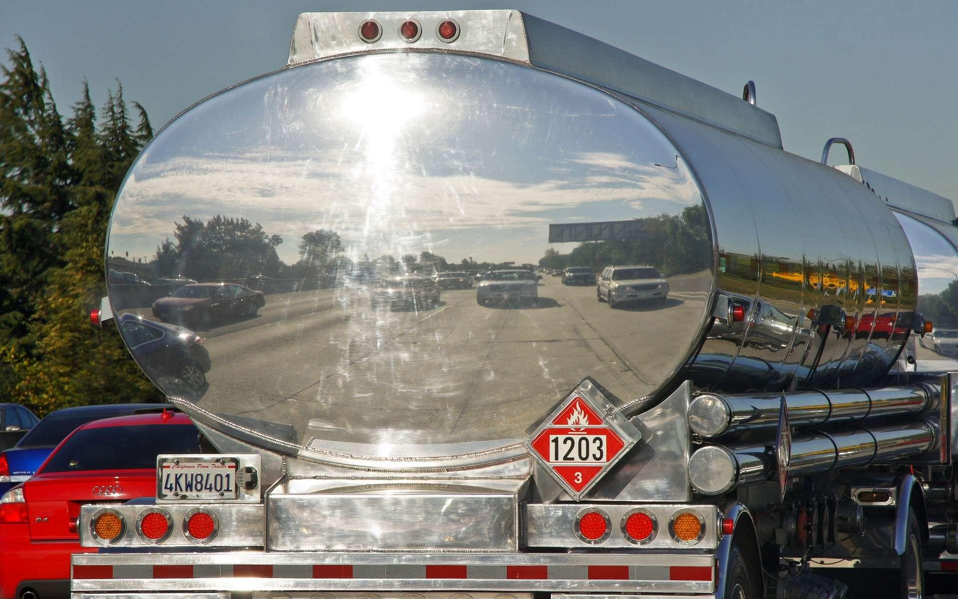 Camion-citerne transportant des produits inflammables. Le transport de matières dangereuses est soumis à une réglementation stricte. © besopha, Wikimedia Commons, cc by sa 3.0