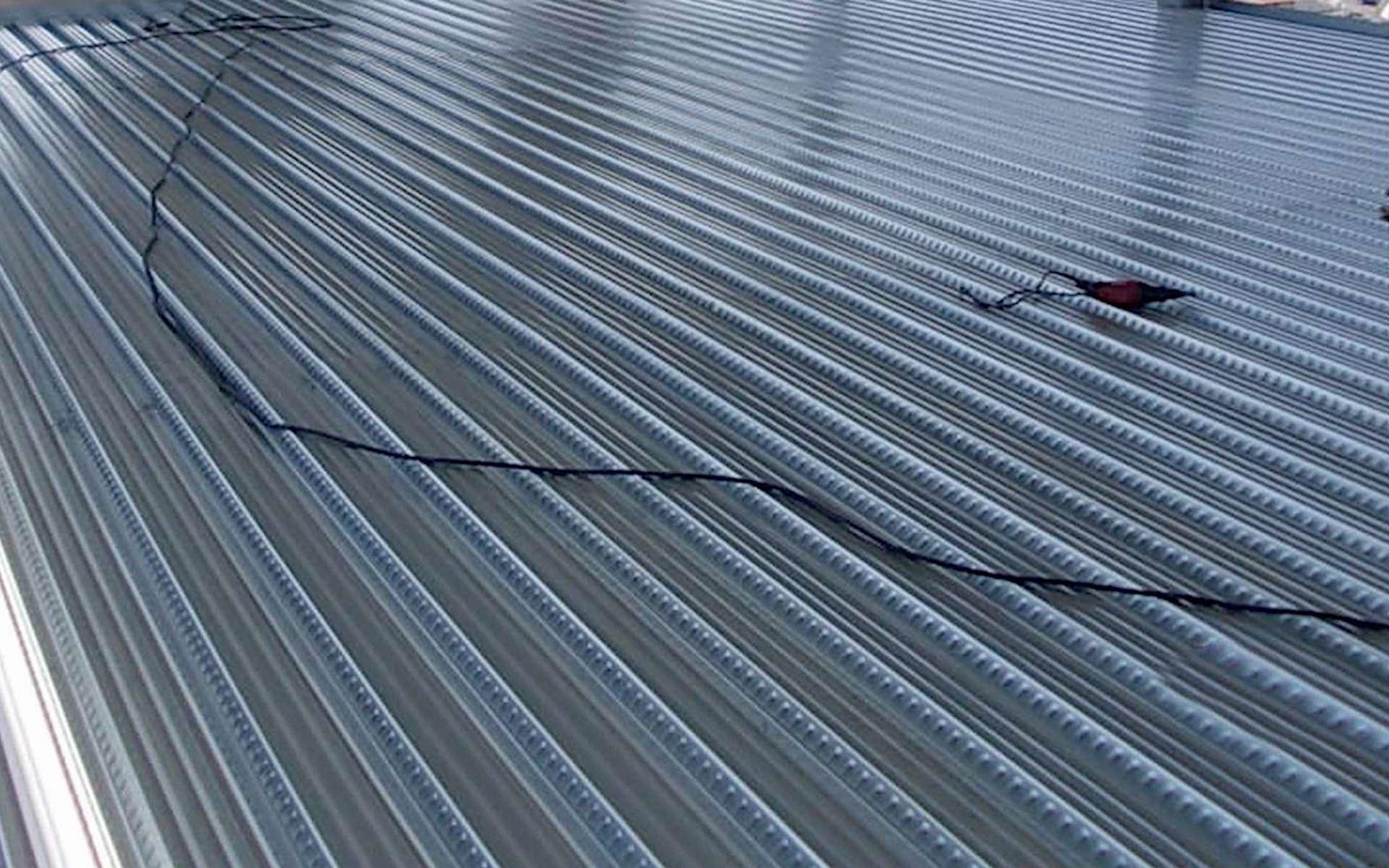 Les bacs acier se composent de tôles nervurées servant de coffrage autoportant à une dalle béton, qui est coulée dessus dans un second temps. © FranceMetal