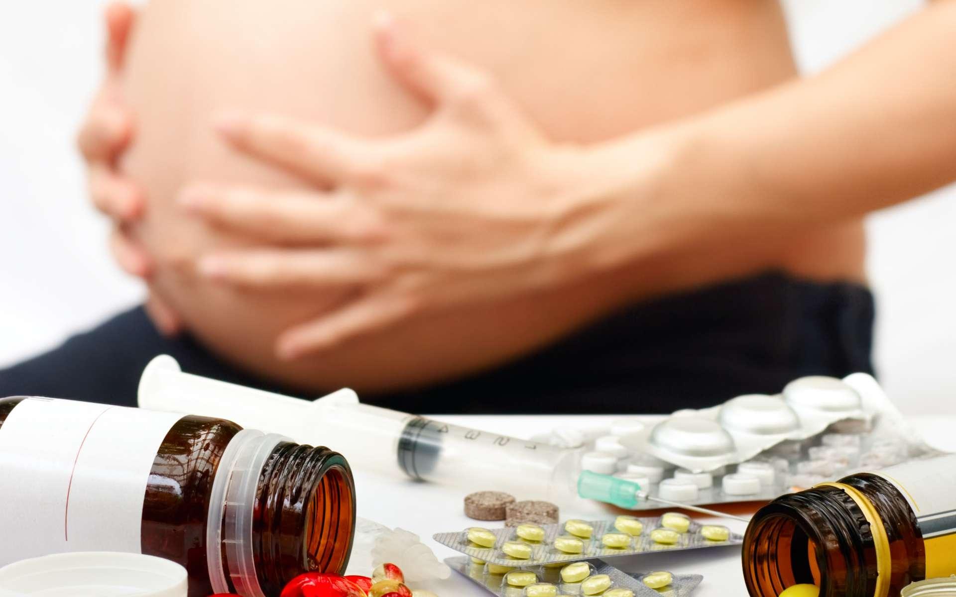 Une femme enceinte devrait toujours consulter son médecin avant de prendre un traitement médicamenteux. Crédits DR.