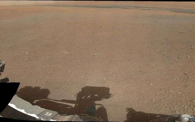 Un panorama sur 360° réalisé en août 2012 par l'assemblage de 130 photographies saisies par la MastCam gauche, installée sur le mât comme son nom l'indique, avec un objectif de 34 mm de focale (contre 100 mm pour son homologue de droite). On distingue les légères dépressions circulaires grises creusées par les fusées de la grue aéroportée. © Nasa, JPL-Caltech, MSSS