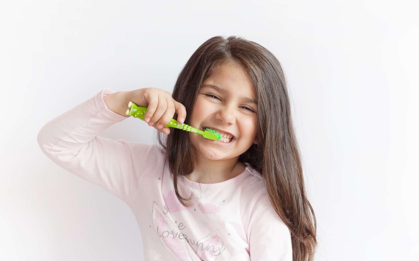 Les enfants doivent se laver les dents dès le plus jeune âge. © kaganskaya115, Fotolia