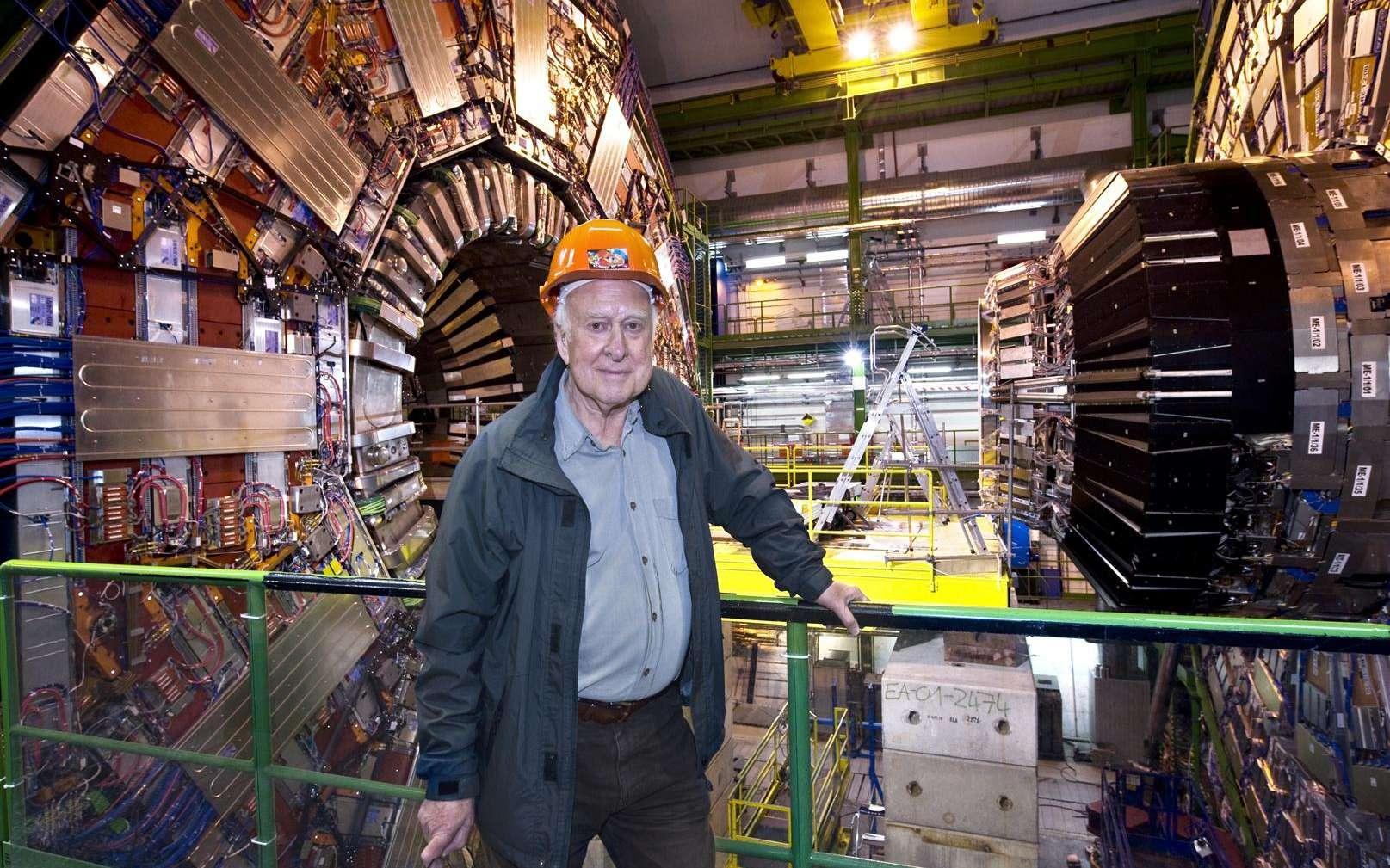 Peter Higgs devant le détecteur CMS au Cern. Celui-ci semble bel et bien avoir détecté le boson de Higgs mais pour le moment aucun leptoquark. © Maximilien Brice-Cern