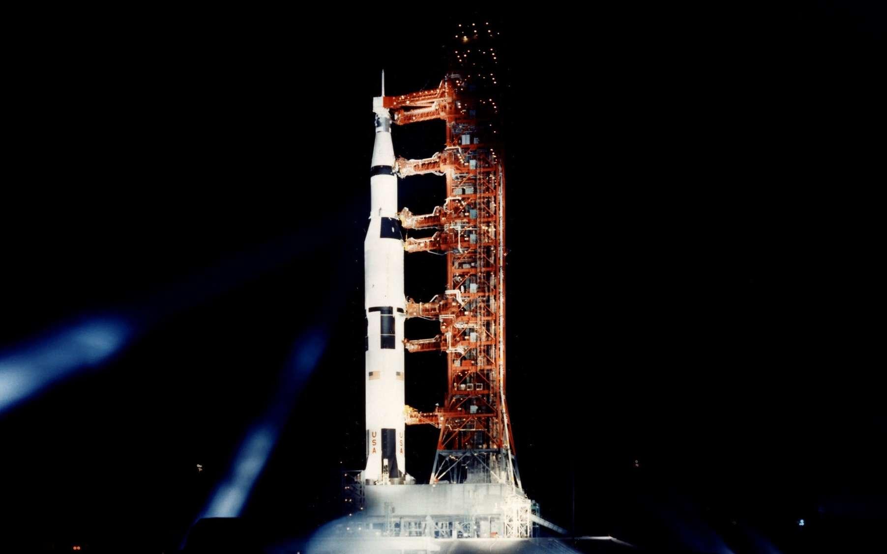 Vue nocturne sur la fusée Saturn V, à quelques heures du lancement d'Apollo 11. © Nasa