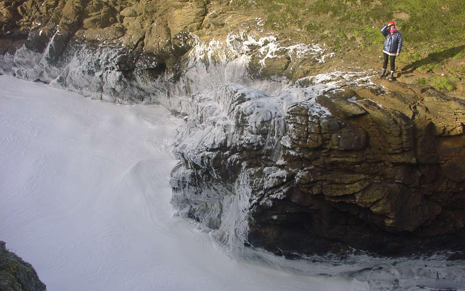 Sur la côte sauvage du Morbihan, de l'écume est rebattue durant des heures et prend la consistance d'un œuf battu en neige. C'est le phénomène que l'on appelle « l'écume de mai ». © Lamiot, Wickipedia, CC by-SA 3.0