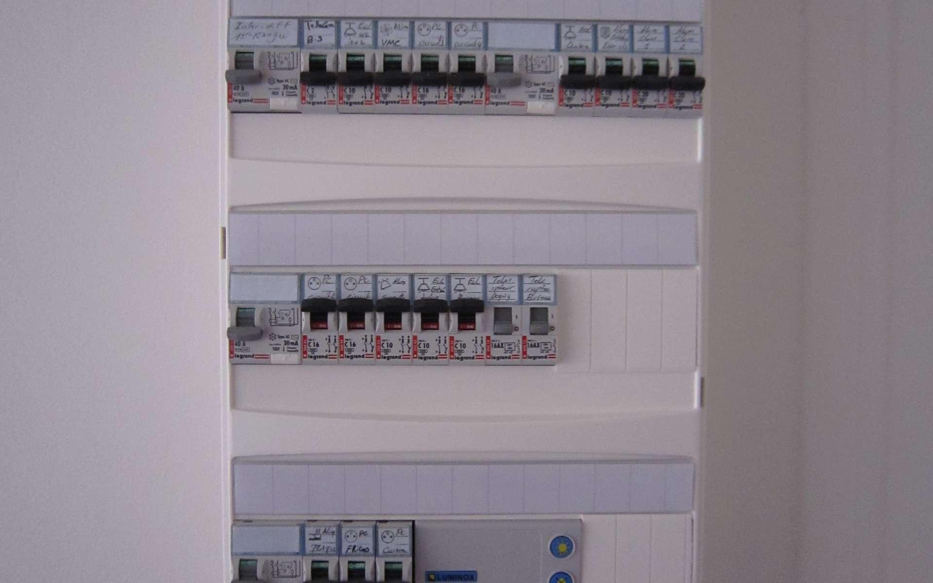 La norme NF C 15-100 réglemente les installations électriques, notamment avec des schémas de tableaux électriques. © Tristan Nitot, CC BY-NC-SA 2.0, Flickr