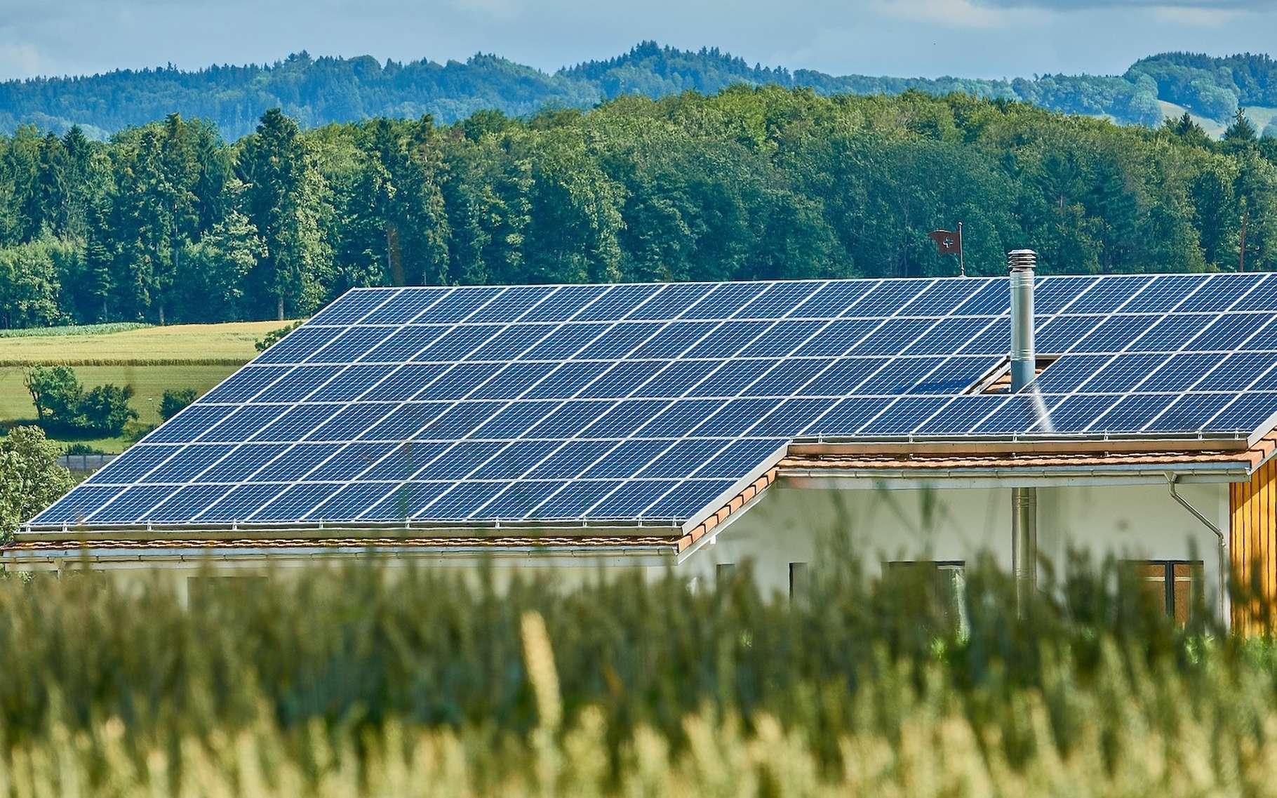 Des panneaux solaires installés sur le toit d'un logement peuvent permettre à ses habitants d'autoconsommer l'électricité produite. © RoyBuri, Pixabay License