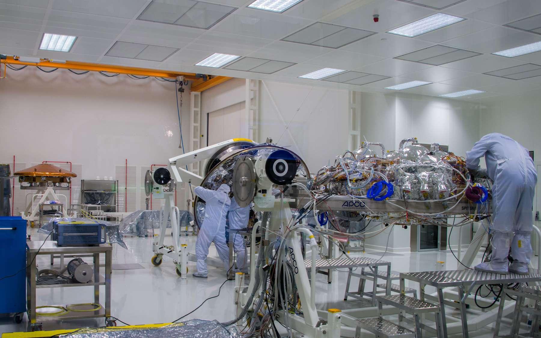 Dans l'usine turinoise de Thales Alenia Space, en Italie, on s'affaire autour des trois éléments de la capsule Schiaparelli (EDM) qui se posera sur Mars mercredi 19 octobre. Au premier plan, la plateforme qui supporte les instruments et, derrière, les deux parties du bouclier qui la protégeront pendant la traversée de l'atmosphère martienne. © Rémy Decourt
