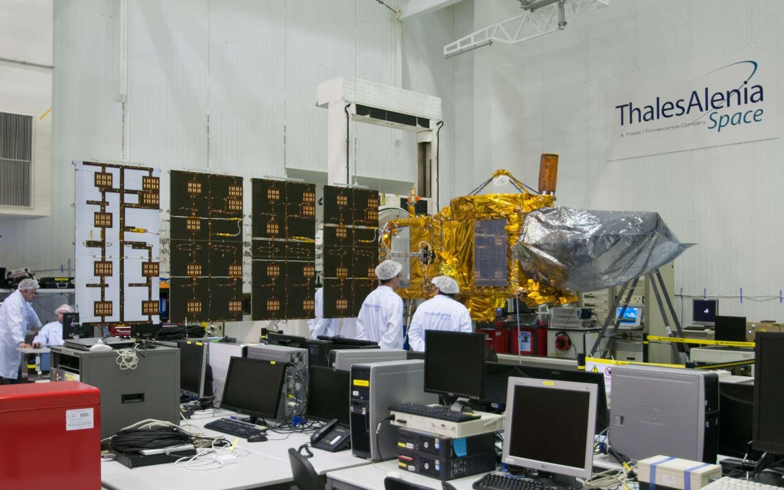 Le satellite Jason-3 lors de l'intégration de ses panneaux solaires, en avril 2014. Au-dessus de l'engin, on distingue la parabole de L'altimètre Poseidon-3B et le système Doris (la colonne orangée) d'orbitographie de précision. Le dispositif de localisation GPSP est protégé par une housse, à droite sur l'image. © Rémy Decourt