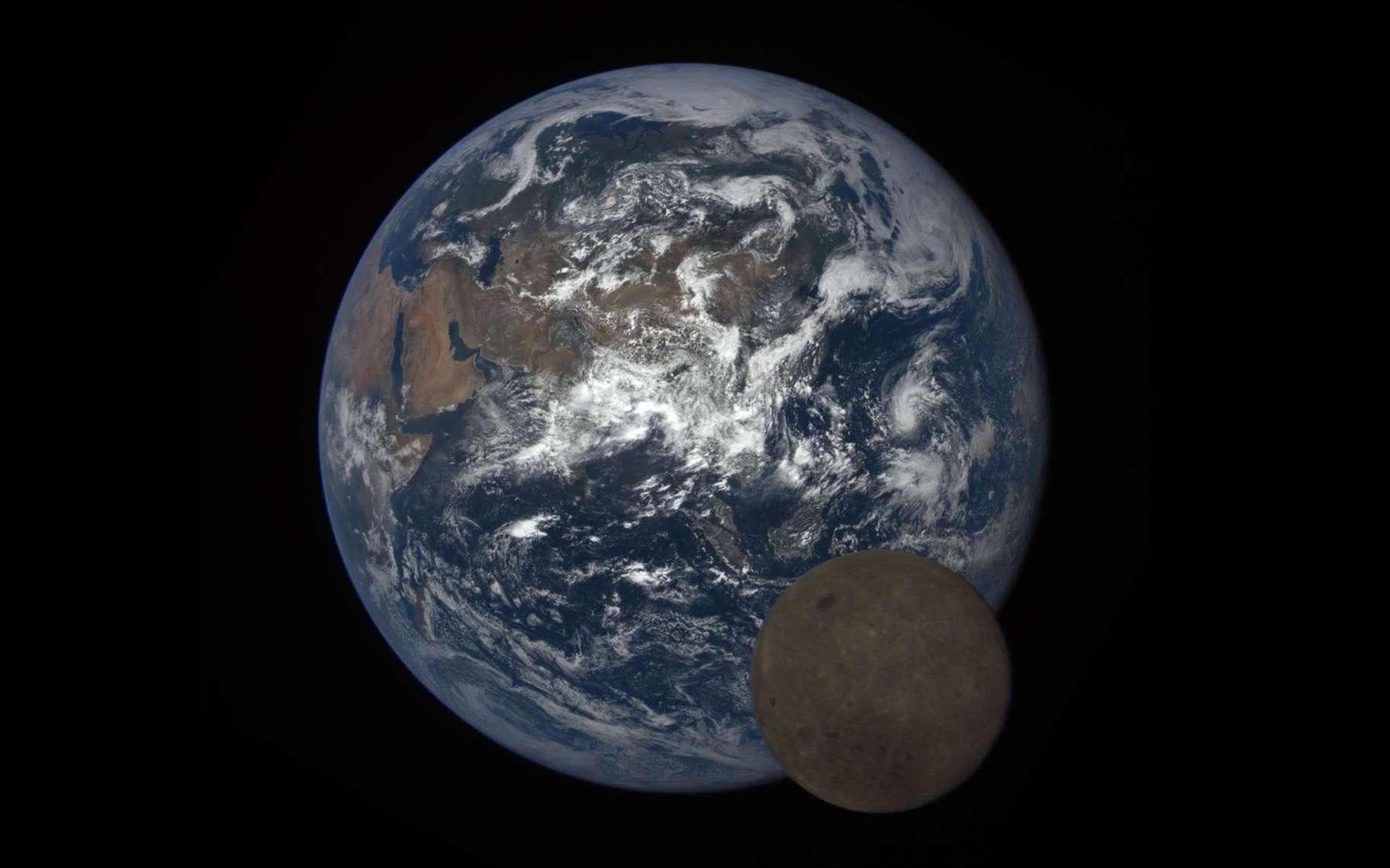 Image extraite de la séquence de quatre heures du transit de la Lune devant la Terre enregistrée avec la caméra Epic du satellite DSCOVR, le 5 juillet 2016. Retrouvez toutes les images de la séquence en haute résolution ici. © Nasa, NOAA