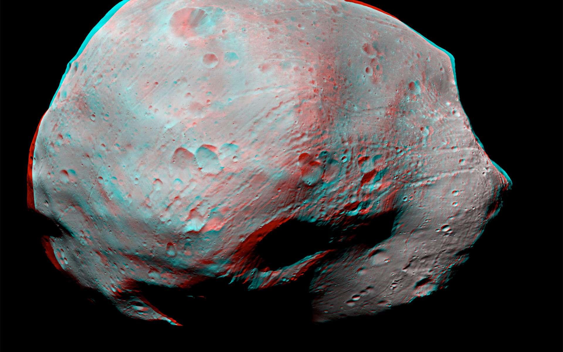 En raison de sa proximité à Mars et de son histoire et sa composition, l'exploration robotique et humaine de Phobos aura bien lieu. Mieux encore, il pourrait devenir un poste avancé de l'exploration humaine de Mars. Cette vue en 3D (visible avec des lunettes anaglyphes) a été acquise par la sonde européenne Mars Express depuis une distance d'environ 10 km. © Esa /DLR/FU Berlin (G. Neukum)