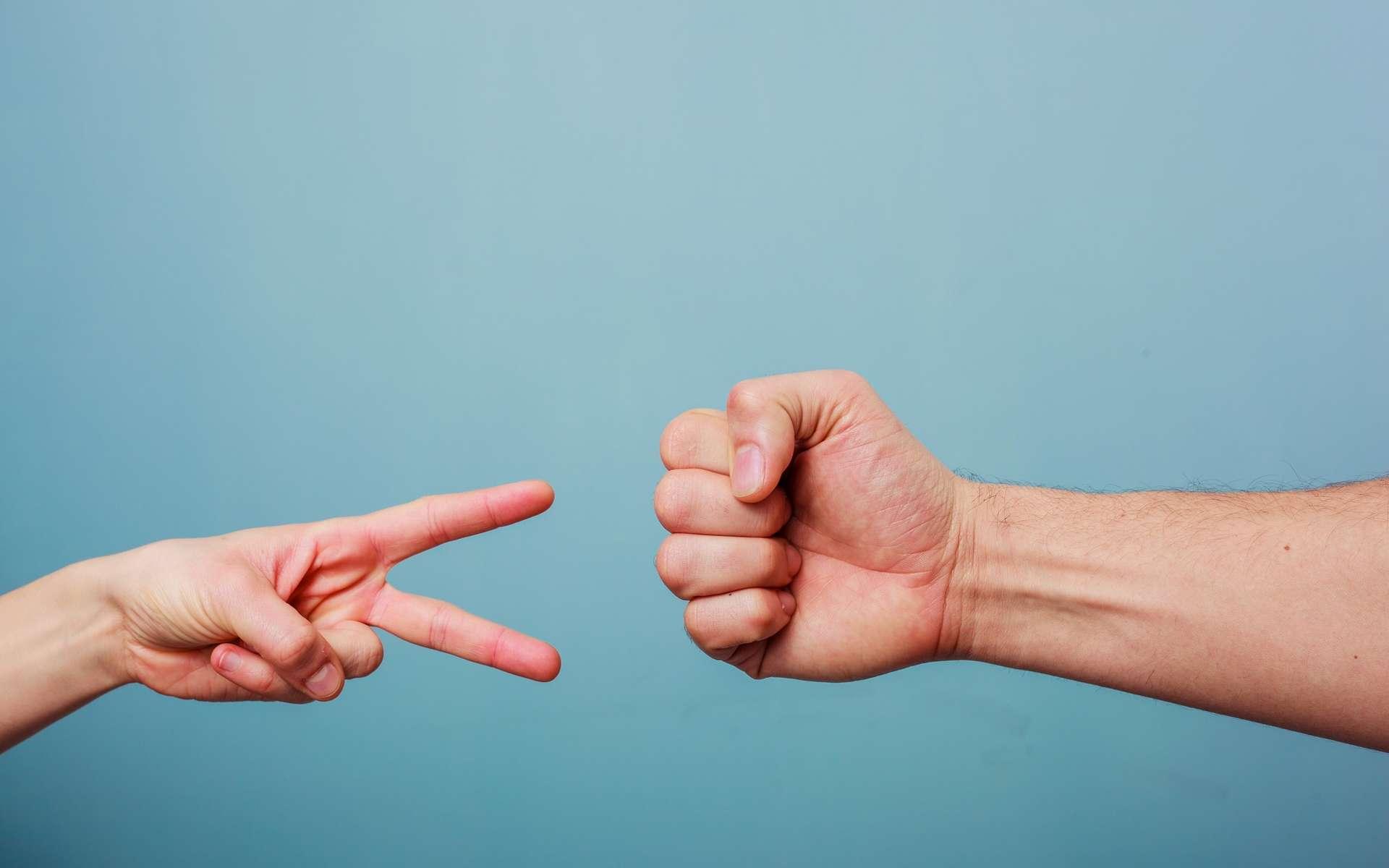 Bizarrement, les gens préfèrent jouer la pierre à chifoumi. © Lolostock, Shutterstock