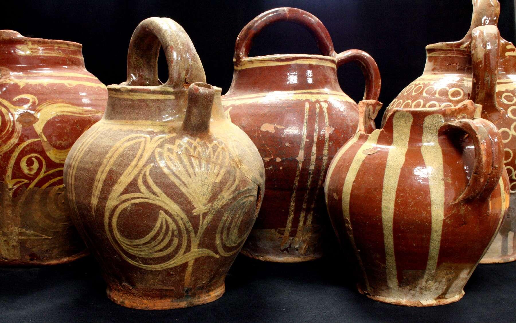 Ces grandes cruches de stockage aux décors variés sont très appréciées à la fin du XVIIIe siècle. © Inrap