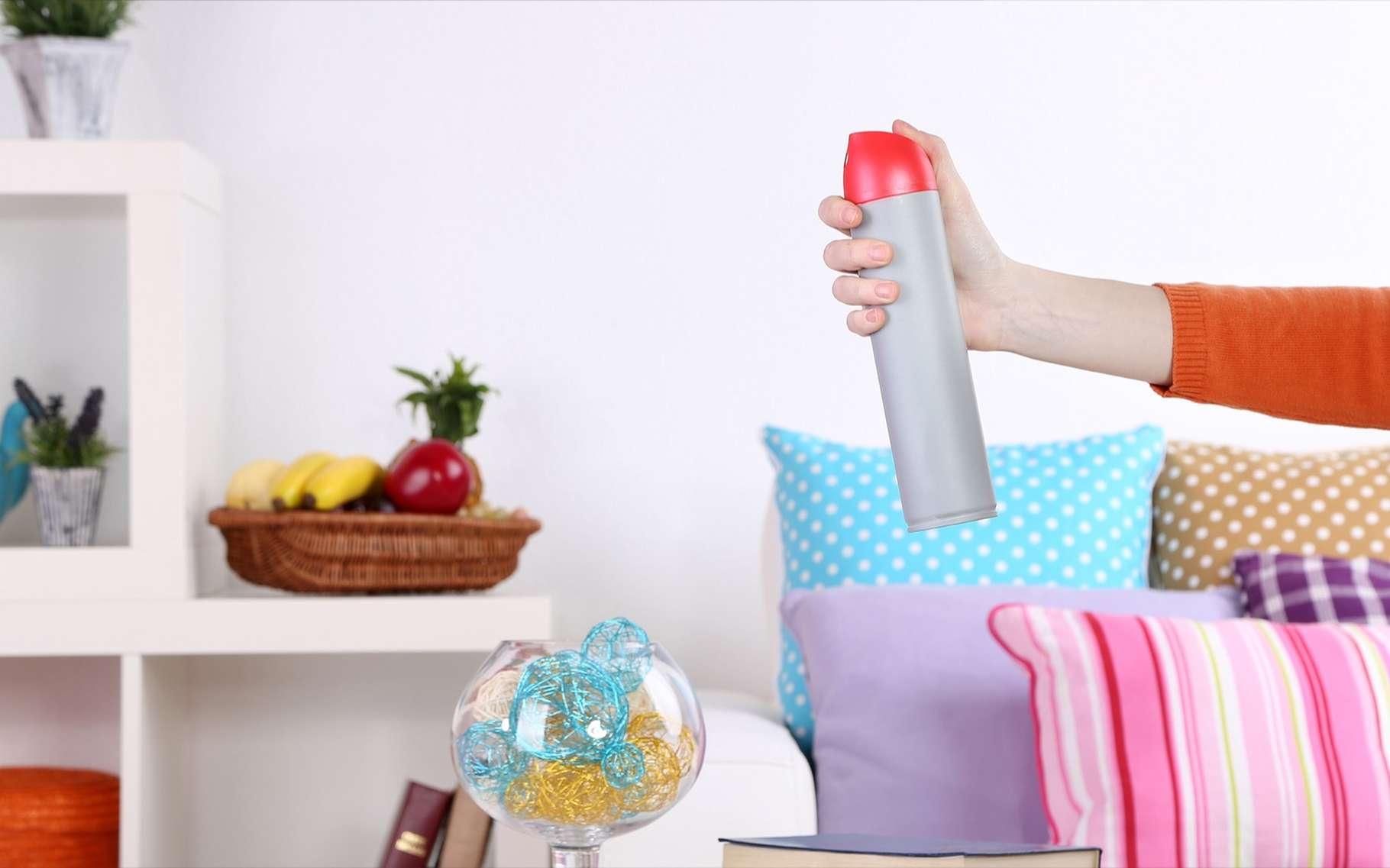 Les sprays aux huiles essentielles diffusent du limonène, qui peut provoquer des réactions chez les asthmatiques. © Africa Studio, Shutterstock