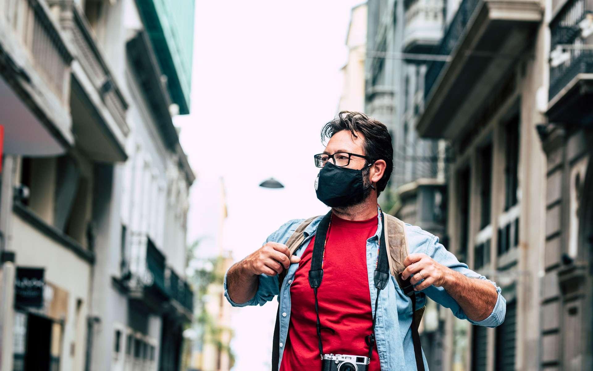 Un touriste visite une ville pendant l'épidémie de la Covid-19. ©simonapilolla, Envato elements
