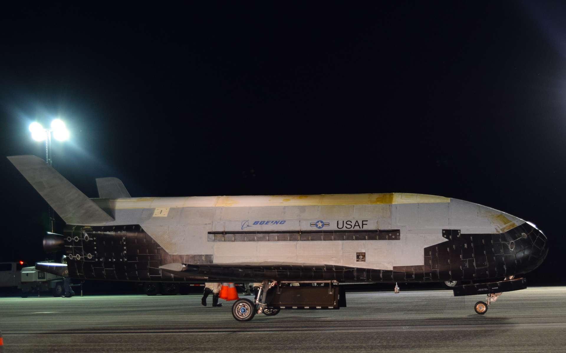 Gros plan sur le X-37B, de retour d'une mission record de 780 jours dans l'espace (octobre 2019). © Air Force, Jeremy Webster