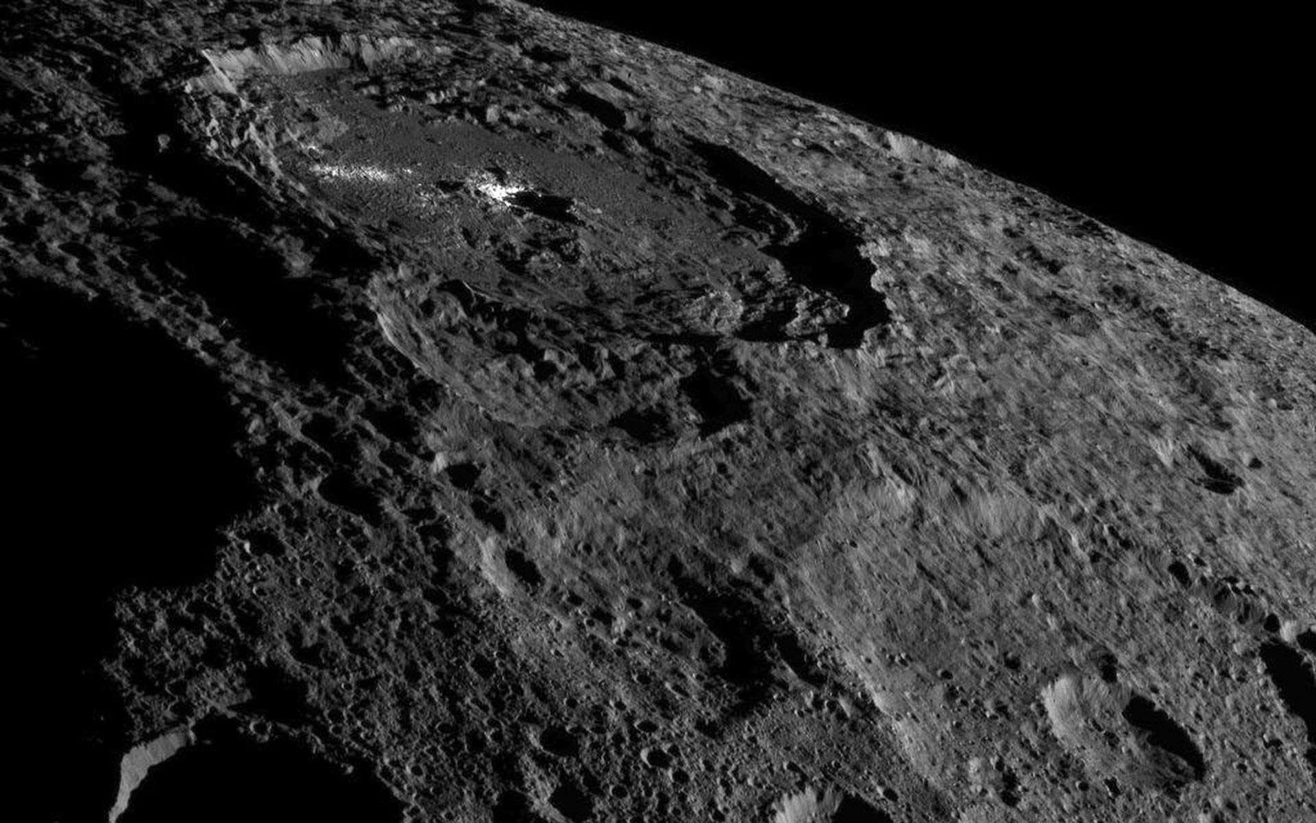 D'un diamètre de 92 km, le cratère Occator abrite les fameuses taches lumineuses observées par Dawn. © Nasa, JPL-Caltech, UCLA, MPS, DLR, IDA