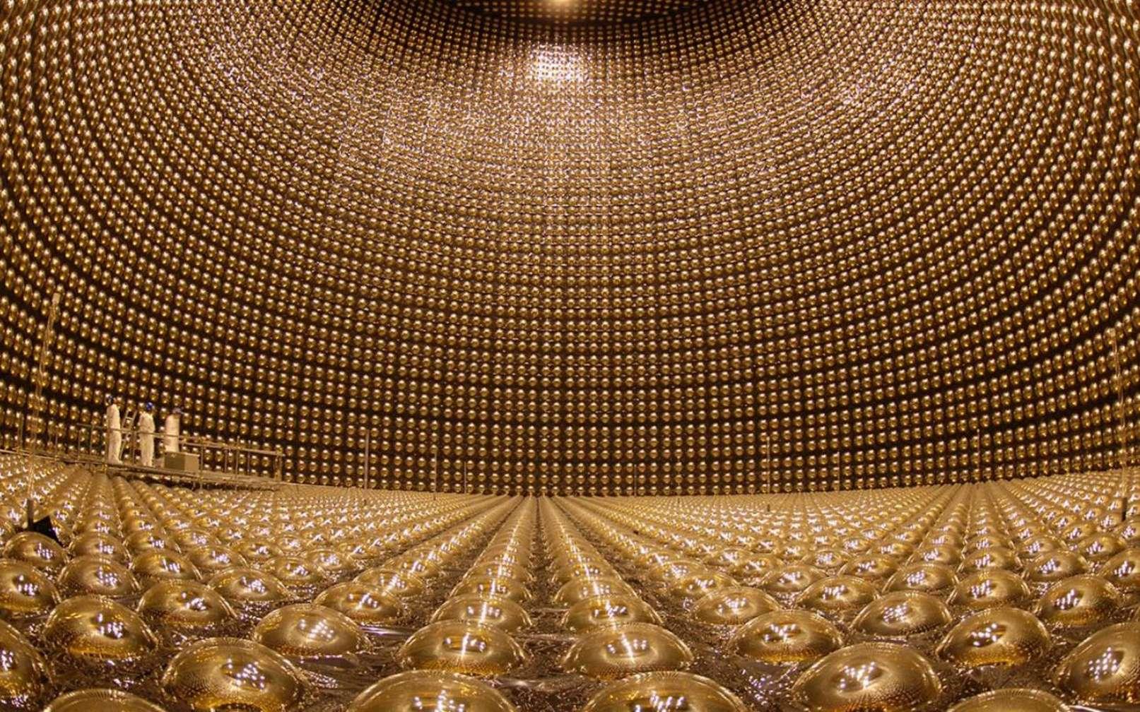 Une vue de l'intérieur du détecteur Super Kamiokande au Japon. Des photomuliplicateurs tapissent la paroi de ce réservoir géant d'eau. © Kamioka Observatory, ICRR (Institute for Cosmic Ray Research), The University of Tokyo.