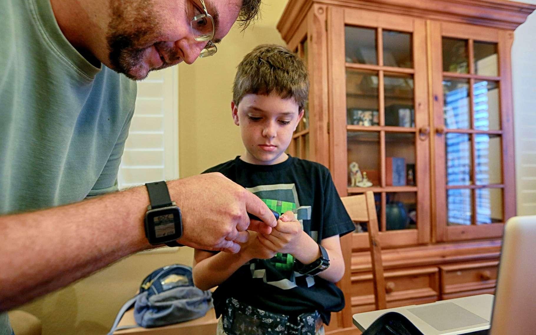 Andrew Calabrese et son papa Jason. Cet ingénieur en informatique a fabriqué un pancréas artificiel pour son enfant à partir de plans open source. © Sandy Huffaker, Wall Street Journal