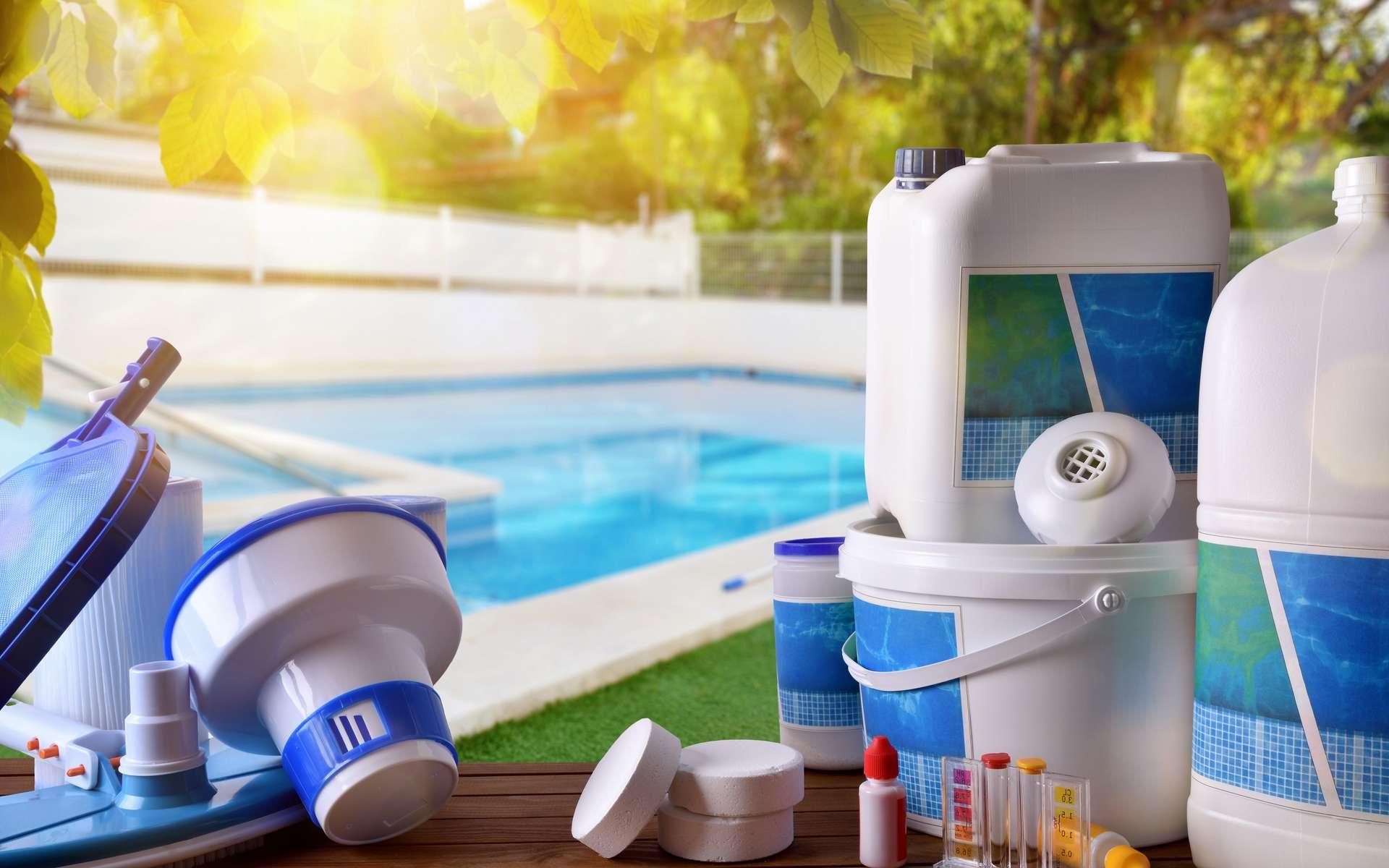Indispensables, les produits de traitement de l'eau de piscine (chlore, brome, sel...) possèdent des propriétés désinfectantes qui éliminent microbes, champignons... Selon leur composition, ils sont plus ou moins rémanents. © Davizro Photography, Adobe Stock