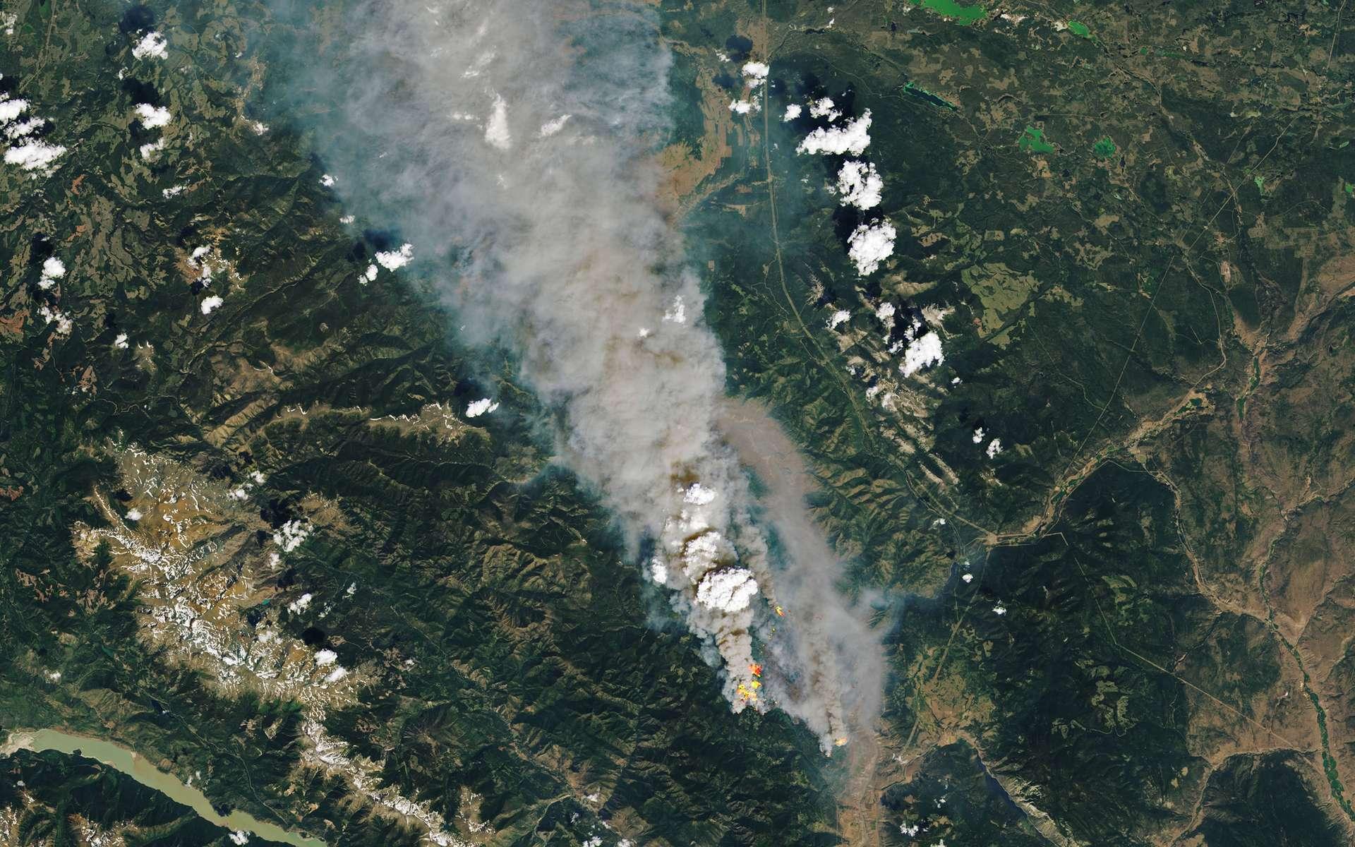 Les scientifiques les avaient prévus. Les effets du réchauffement climatique commencent à se faire durement ressentir un peu partout sur la planète. En photo : les incendies qui font rage à McKay Creek au Canada, photographiés le 30 juin 2021 par le satellite Landsat 8. © Nasa, EarthObservatory