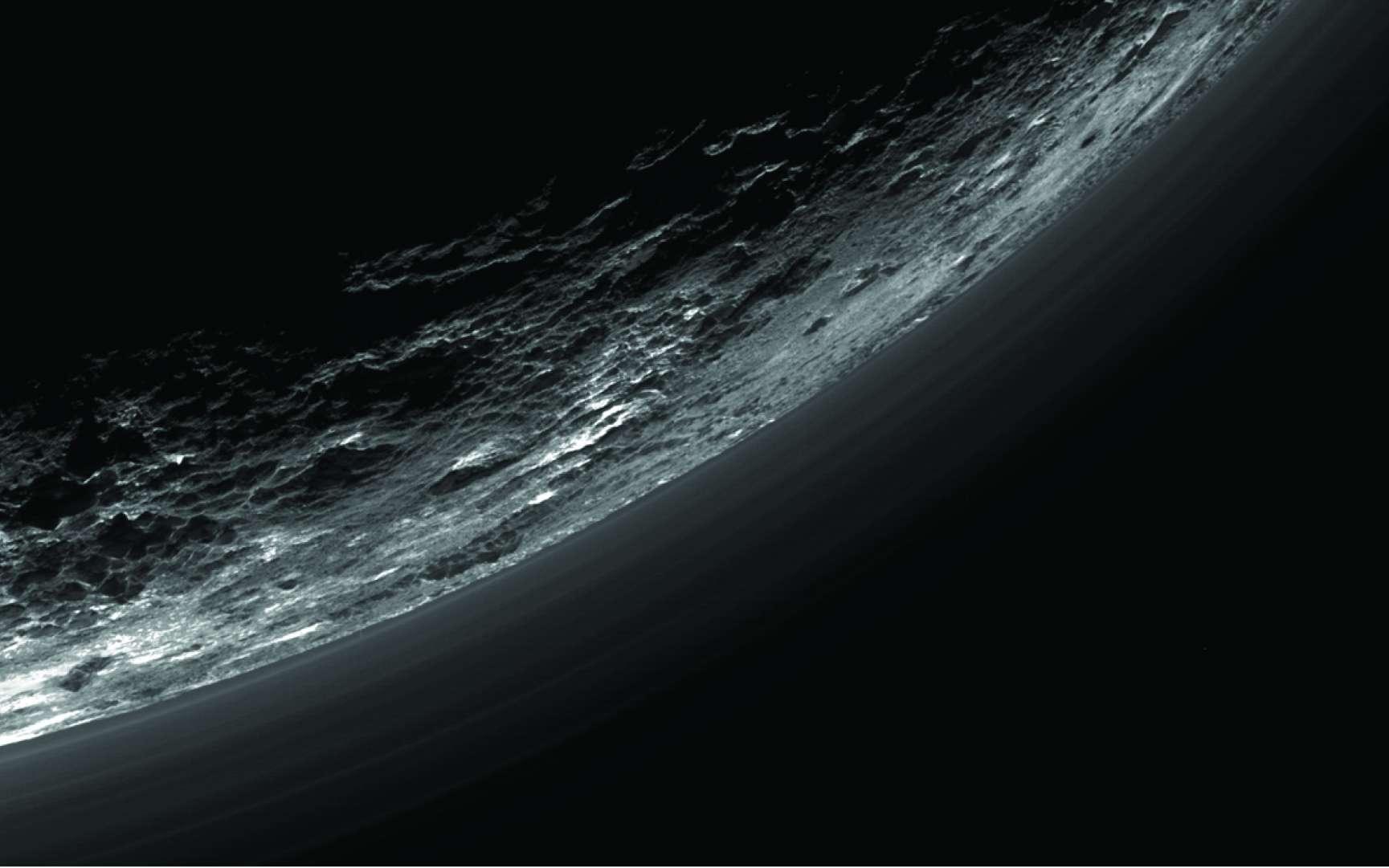 Environ 20 couches de brumes se superposent dans l'atmosphère et toutes ne sont pas parallèles, a relevé l'équipe (regardez celle tout en bas à gauche : elle se rapproche de plus en plus de la surface). Le cliché du limbe de Pluton a été réalisé avec l'instrument Ralph/MVIC (Multispectral Visible Imaging Camera) de la sonde New Horizons, lors du survol inédit du 14 juillet 2015. © Nasa, JHUAPL, SwRI