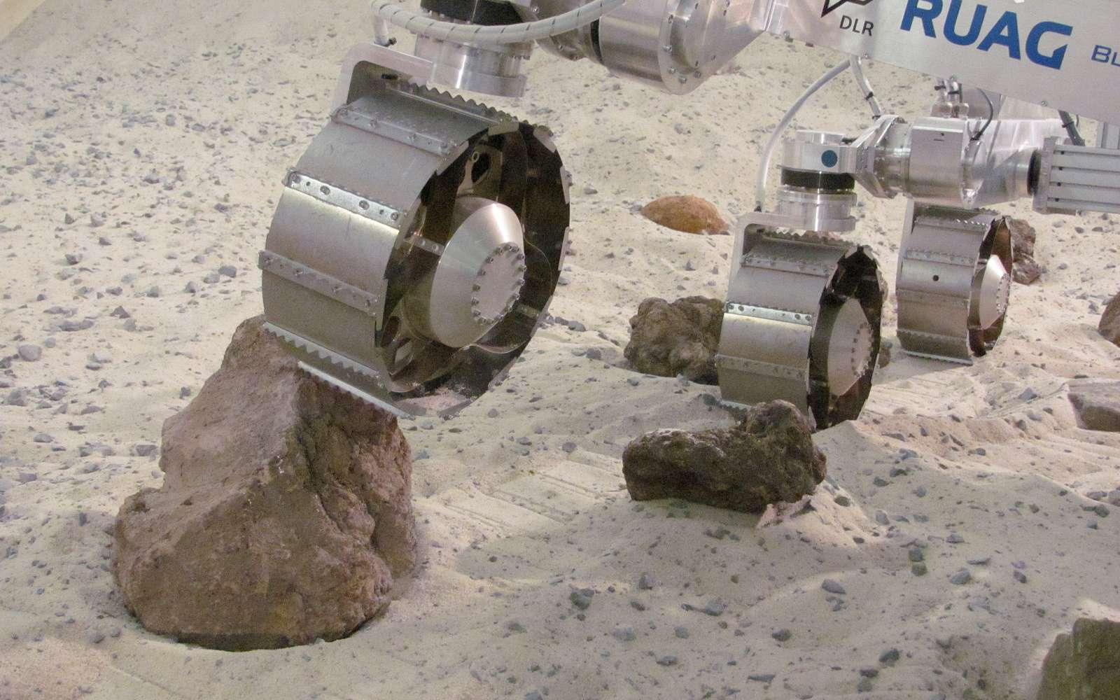 Le rover utilisé n'est pas un modèle de vol, ni une copie exacte de celui qui sera envoyé sur Mars. Cependant, les roues et le système d'entraînement le sont, comme le centre de gravité. En revanche, il est 100 kilogrammes moins lourd, de façon à simuler la gravité martienne. © DLR
