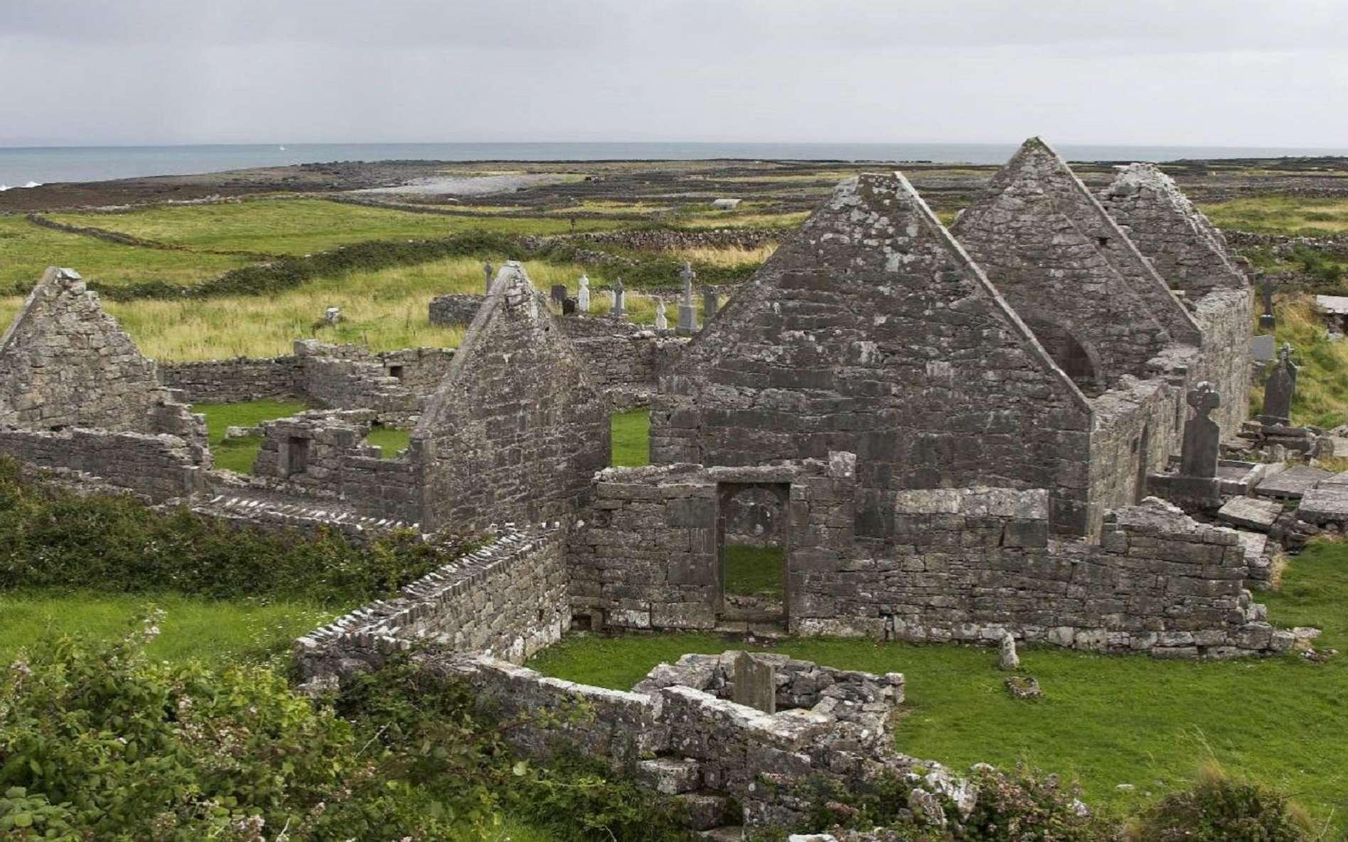 Photo : ''Seven Churches'' (ruines d'un ensemble monastique du Xe siècle), sur lnishmore, l'une des îles d'Aran, Irlande. © Photo Herbert Ortner / Flickr.