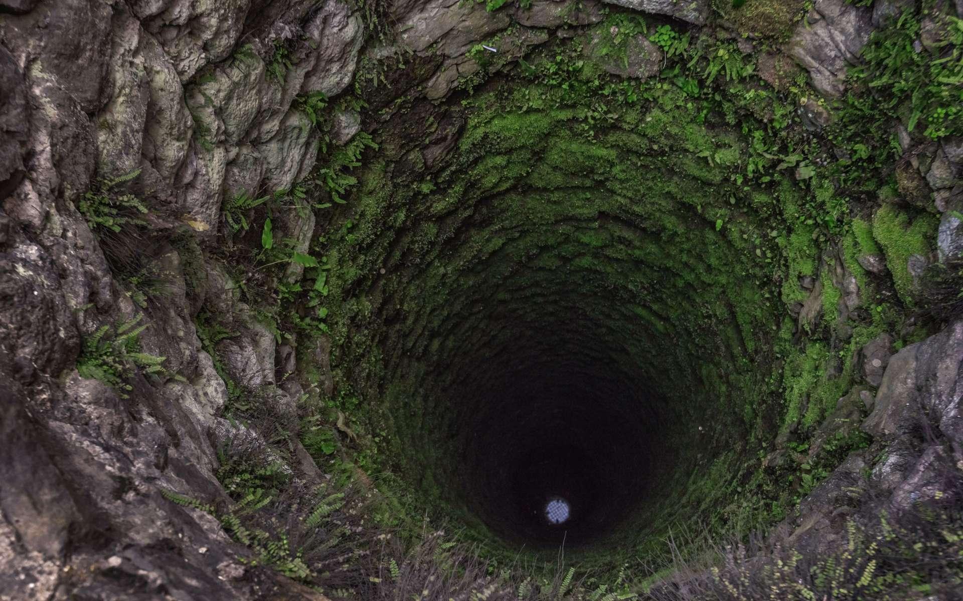 Une ombre se forme dans un puits en fonction de l'inclinaison des rayons du Soleil ©ivankmit, Envato elements