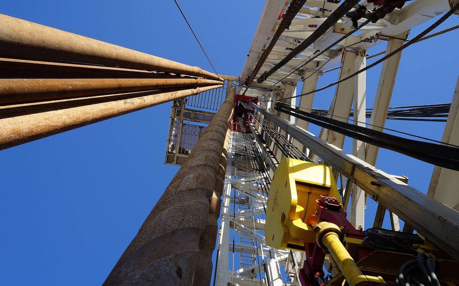 Installation sur un site de forage d'hydrocarbures conventionnels. © anita-starzycka, Pixabay, CC0 Creative Commons
