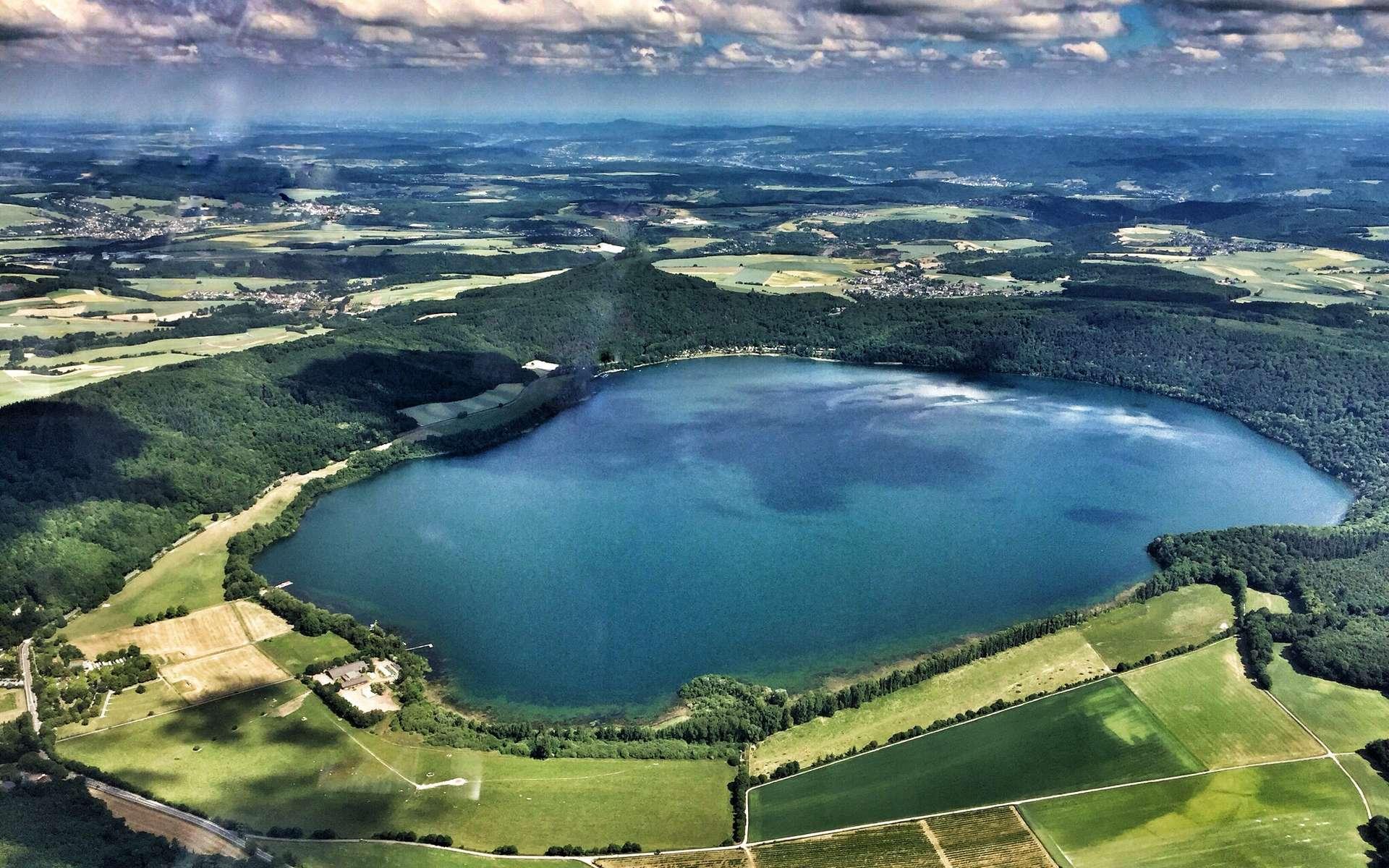 Le lac de Laach, un maar issu d'une ancienne éruption volcanique. © Stefan Kleinheyer, Flickr