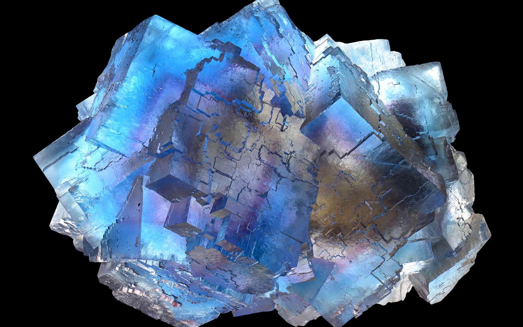 La thermoluminescence de la fluorite peut être activée par la seule chaleur du corps humain. Tenue dans une main, elle émet un faible rayonnement vert à bleu-vert. © Albert Russ, Shutterstock