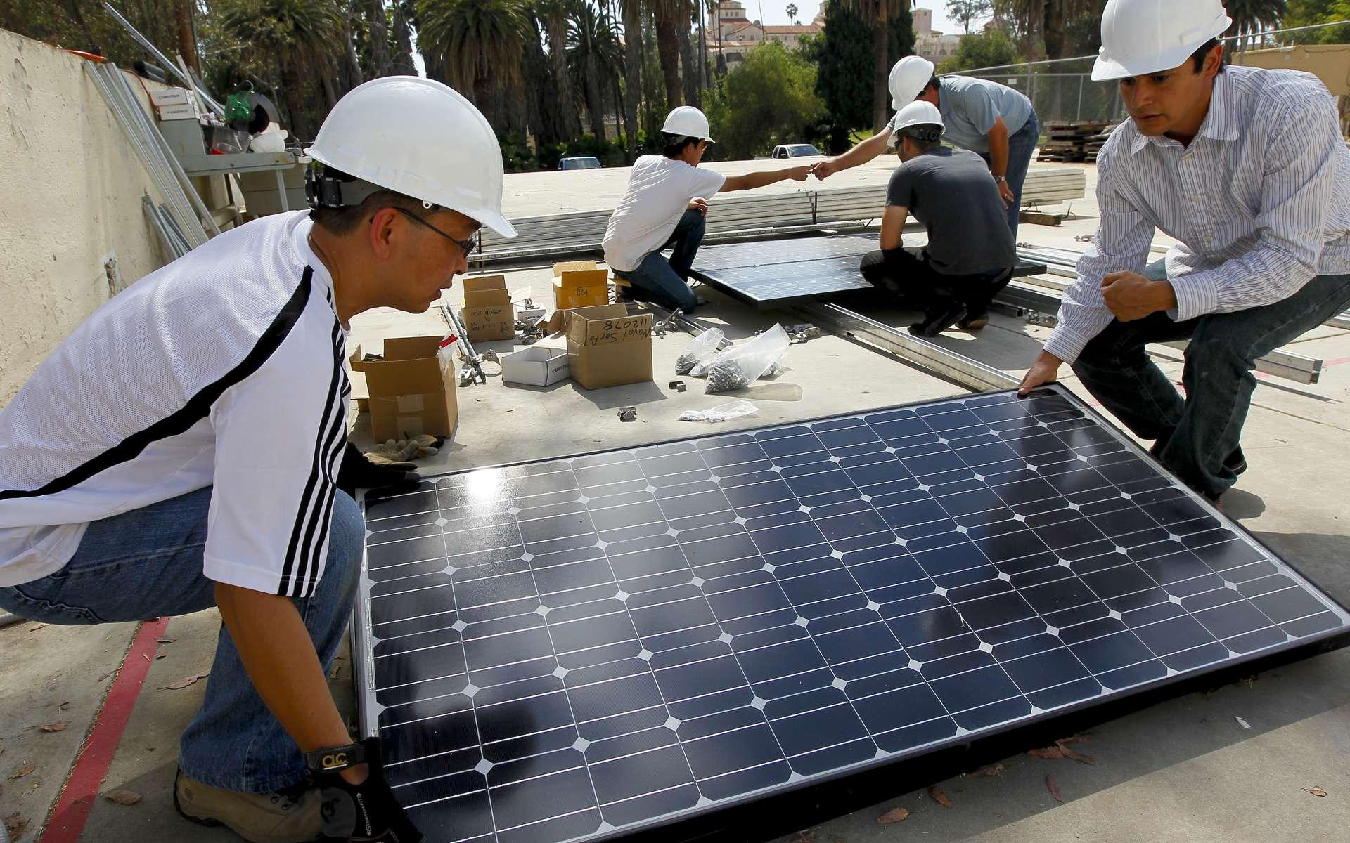 Avant d'installer soi-même un panneau solaire photovoltaïque, il vaut mieux calculer le rapport entre gain de dépenses et gains par la suite. © Official U.S. Navy Imagery, Flickr, CC BY 2.0