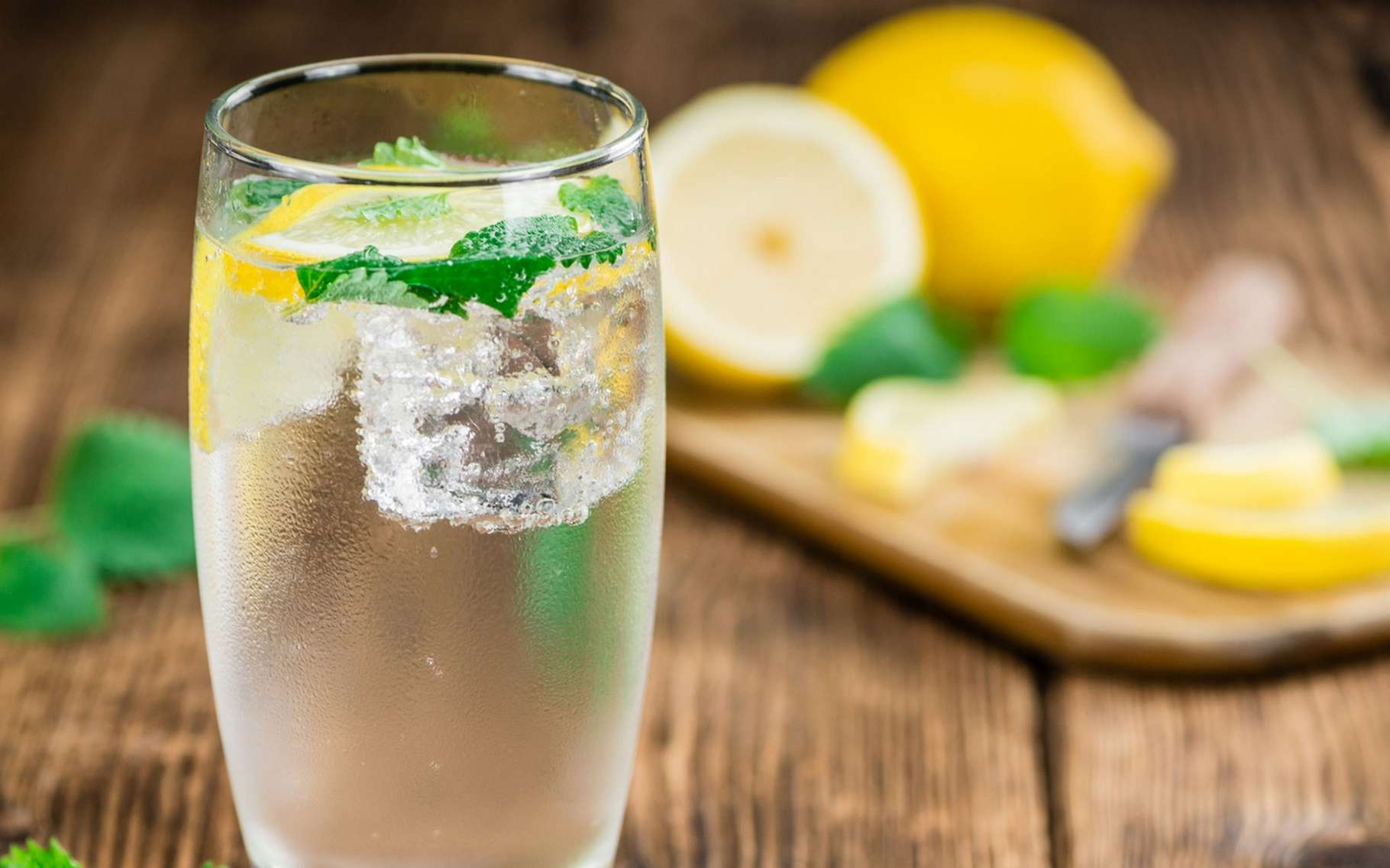 Grâce à une stimulation électrique de la langue et à un jeu de lumière, des chercheurs ont pu reproduire partiellement le goût de la limonade après avoir transmis un fichier numérique à un gobelet connecté. © HandmadePictures