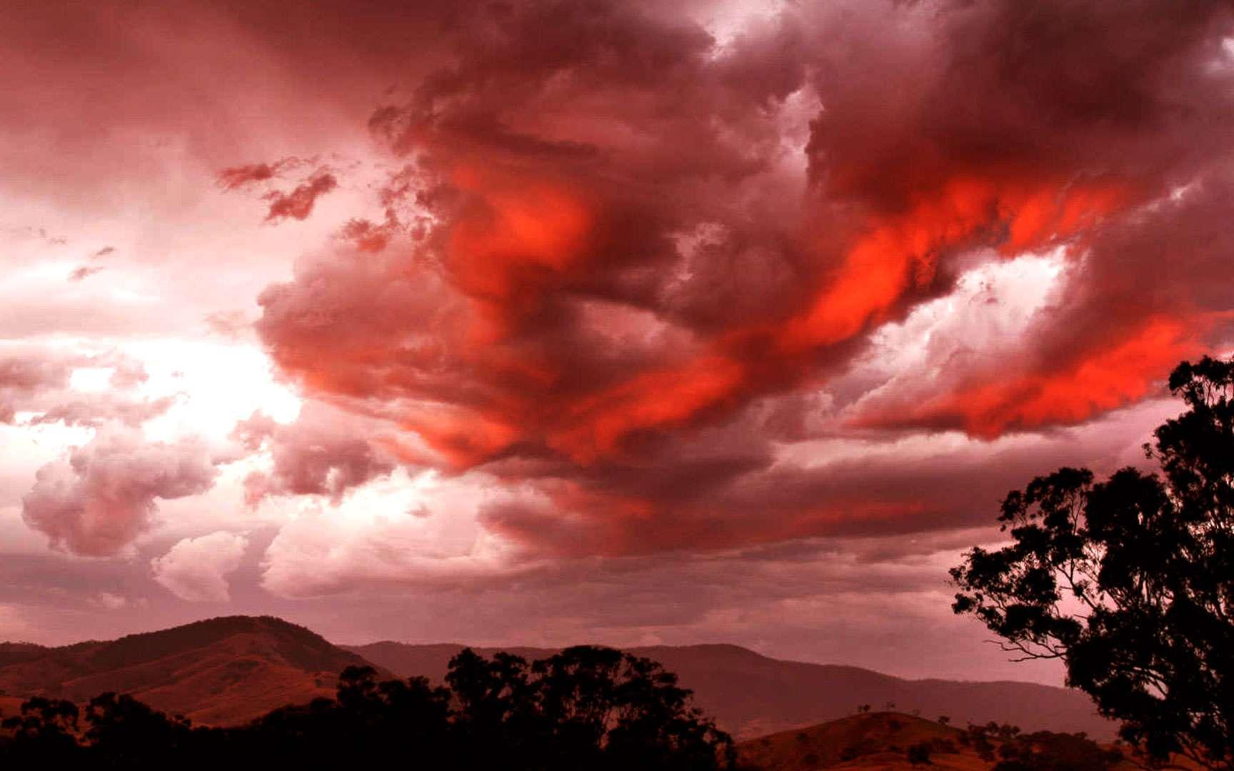 Somptueux nuage rouge dans le ciel (cumulus). Sur cette photo, un coucher de soleil se reflète sur un cumulus. Le nuage devient alors rouge dans le ciel. © Fir 0002, Flickr, CC by-nc-sa 2.0