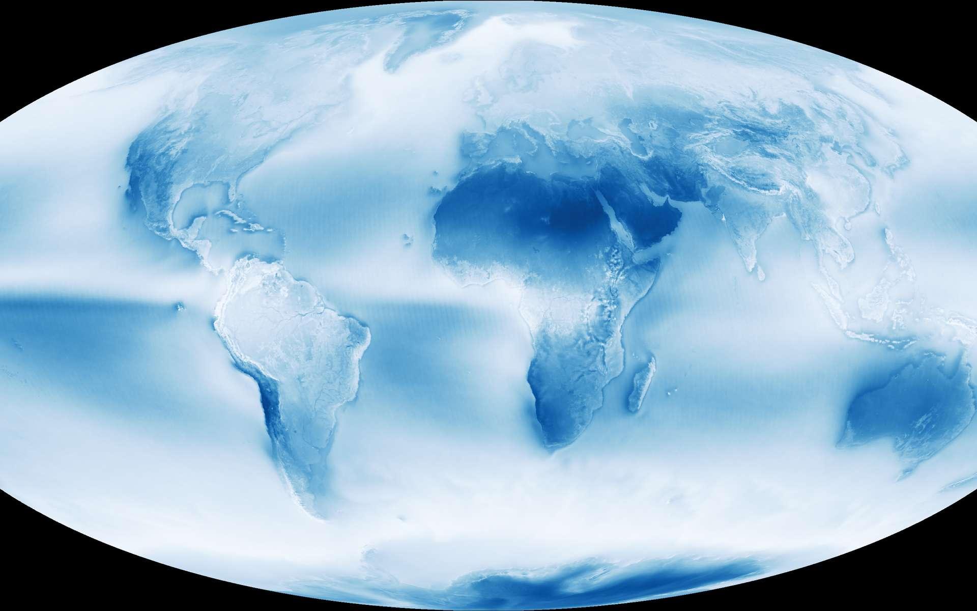 La couverture nuageuse moyenne de la Terre a été observée par le satellite Aqua entre juillet 2002 et avril 2015. Les couleurs – fausses – indiquent la teneur en eau, du bleu (très faible) au blanc (très élevée). On remarque bien sûr l'Afrique saharienne et la péninsule arabique. Un autre désert, moins connu, se trouve en Antarctique où, loin des côtes, les précipitations restent exceptionnellement rares. Parmi les zones sèches, figure également l'Australie. Il est aussi possible de remarquer le liseré bleu le long de la côte Pacifique de l'Amérique Sud, entre l'Équateur et le Chili, qui correspond à une région aride : là se trouve le désert d'Atacama. À retenir aussi la nébulosité plus faible au-dessus des océans. © Nasa Earth Observatory
