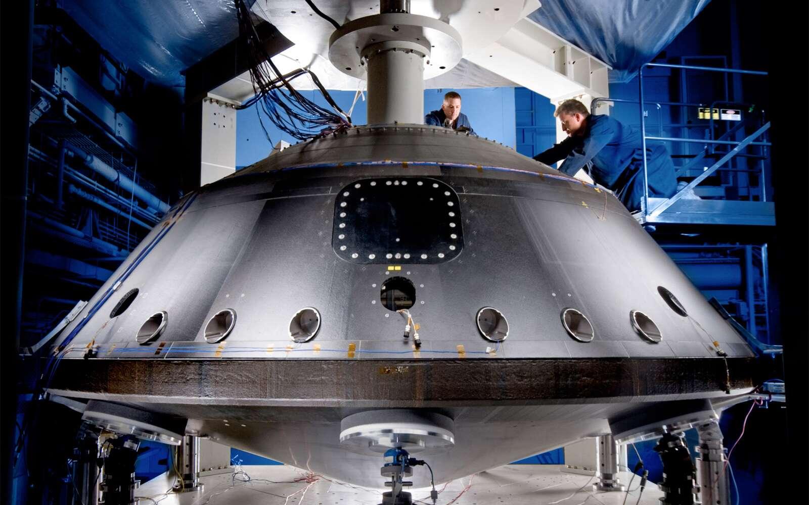 Voilà à quoi ressemblera le bouclier thermique de Curiosity lorsqu'il sera assemblé. Le cône avant est en bas. Quant au rover, il sera bien évidemment à l'intérieur ! © Lockheed Martin