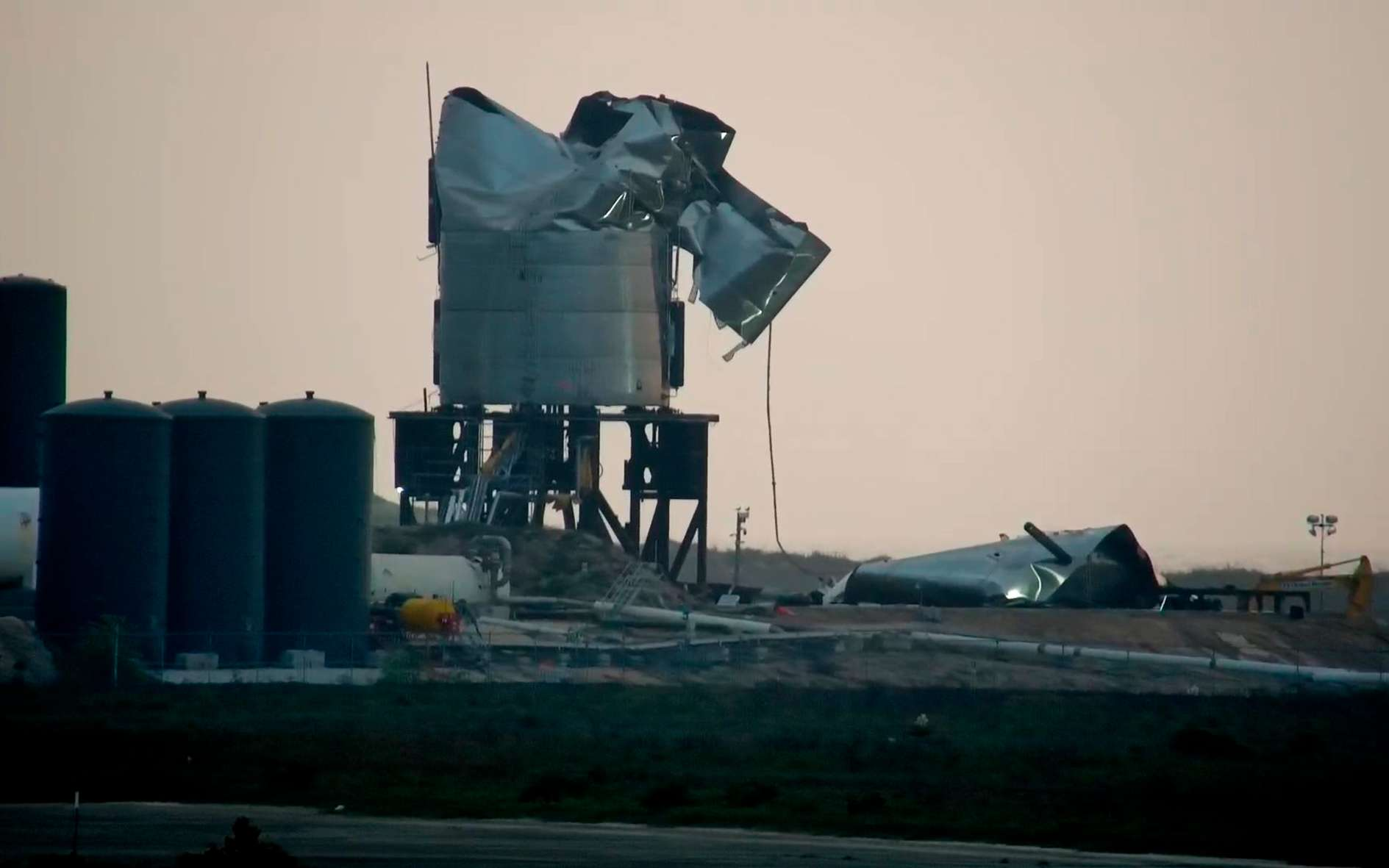L'explosion du prototype SN3 a été suivie en direct depuis le site internet de la commune de South Padre Island qui, profitant d'une vue sur la base de SpaceX, y a installé des caméras filmant en permanence les activités de la base de Boca Chica. © South Padre Island