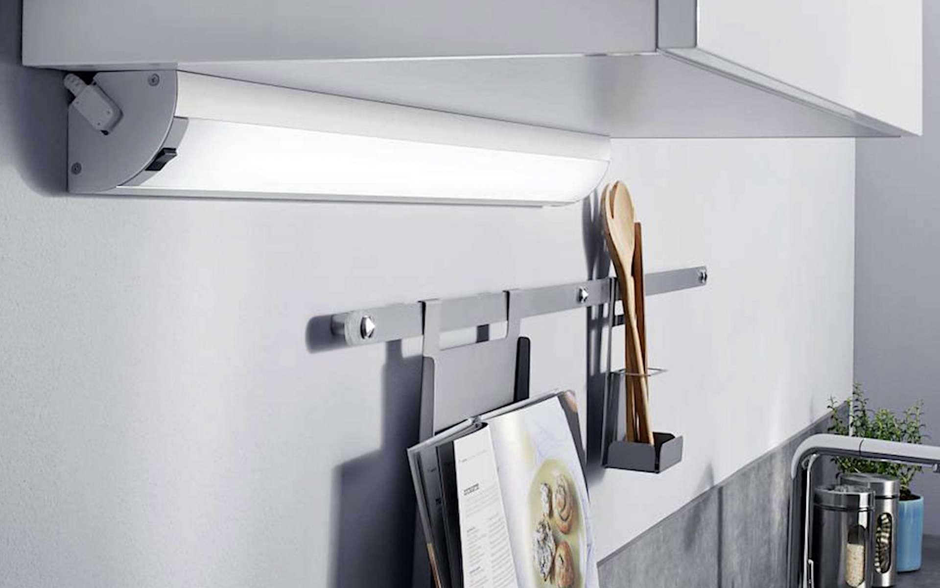 Les réglettes LED peuvent se poser facilement au mur, au plafond, sous des étagères ou des meubles hauts… dans la cuisine comme dans la salle de bains. © Lapeyre